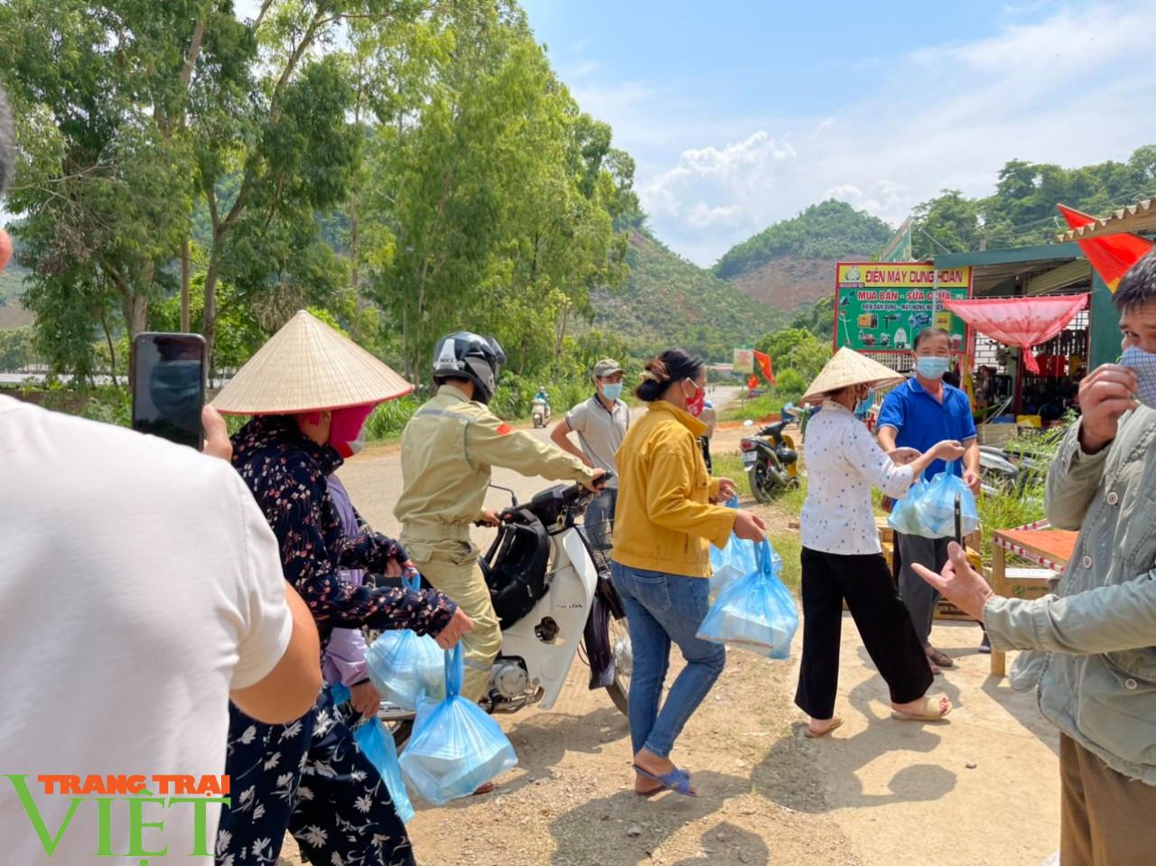 Sơn La: Xúc động trước cảnh người dân nấu cơm và lên rừng lấy cỏ, chặt chuối cho các gia đình bị cách ly  - Ảnh 7.