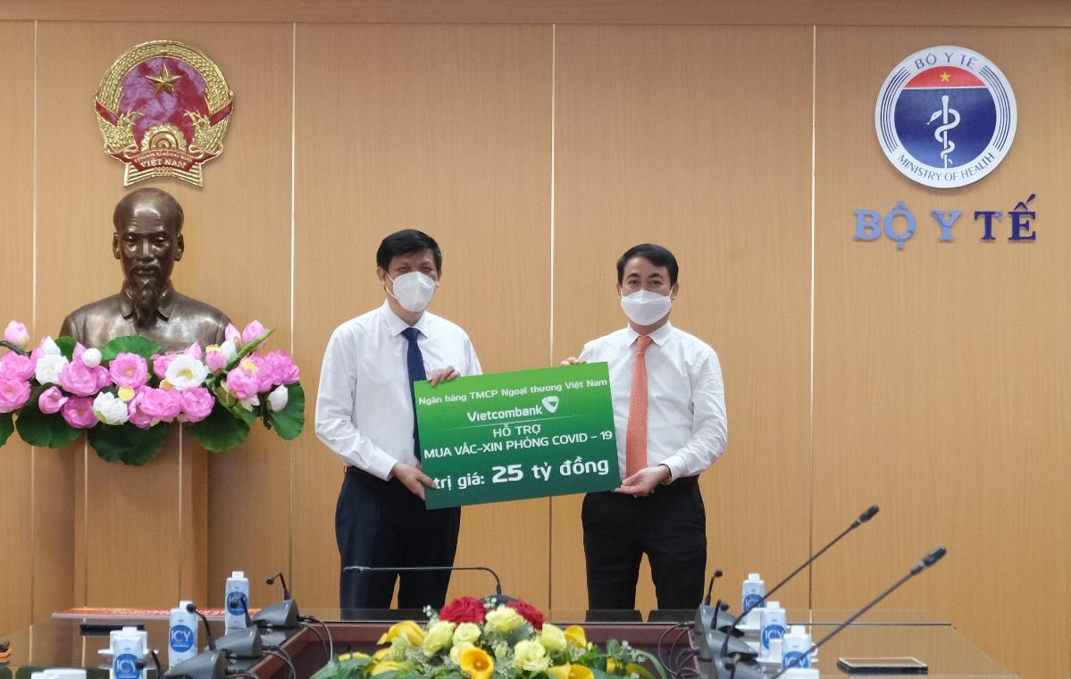 Vietcombank trao 25 tỷ đồng hỗ trợ Bộ Y Tế mua vắc xin phòng Covid-19 - Ảnh 1.