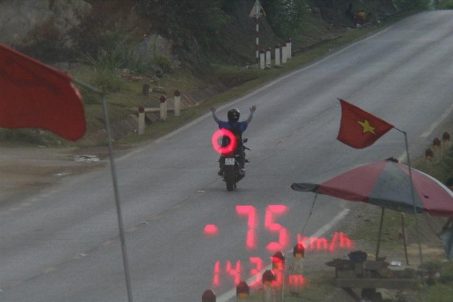 Nam thanh niên buông cả 2 tay phóng xe máy 75 km/h trên quốc lộ - Ảnh 1.