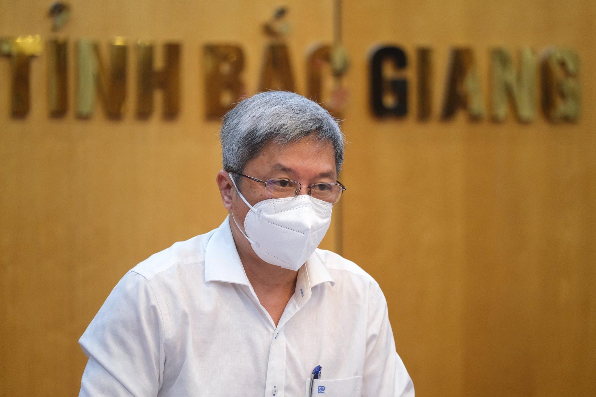 Thứ trưởng Bộ Y tế Nguyễn Trường Sơn: Sẽ thí điểm cho người dân tự lấy mẫu test nhanh Covid-19 - Ảnh 2.