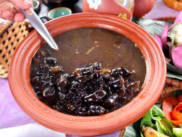 Bắt loài ốc đá nhìn như cái đinh đem hầm đậu đen thành món đặc sản nhà giàu cũng muốn ăn - Ảnh 3.
