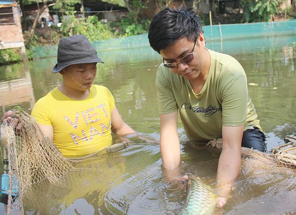 Chàng trai Đồng Nai nuôi cá quý hiếm trong ao làng, bất ngờ nhất là điều gì? - Ảnh 1.