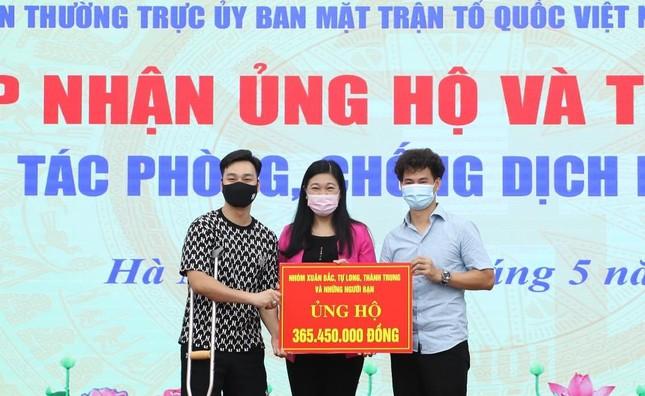 MC Thành Trung, NSƯT Xuân Bắc... trao hơn 365 triệu đồng chống Covid-19 - Ảnh 1.
