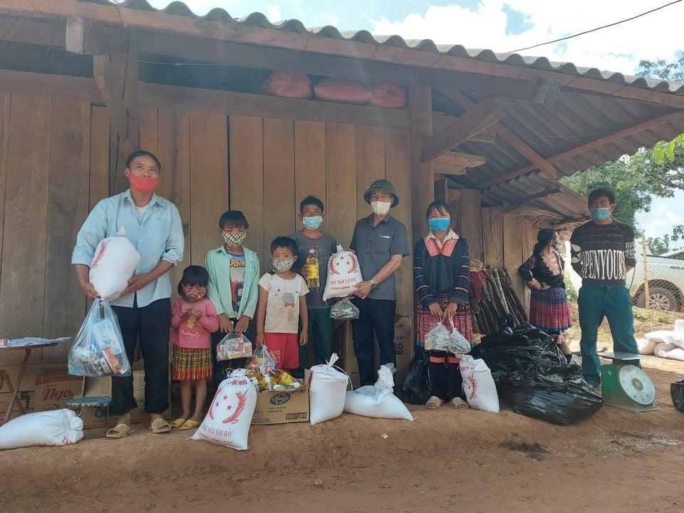 Nậm Pồ: Trao nhu yếu phẩm hỗ trợ các gia đình trong khu vực phong tỏa xã Si Pa Phìn - Ảnh 1.