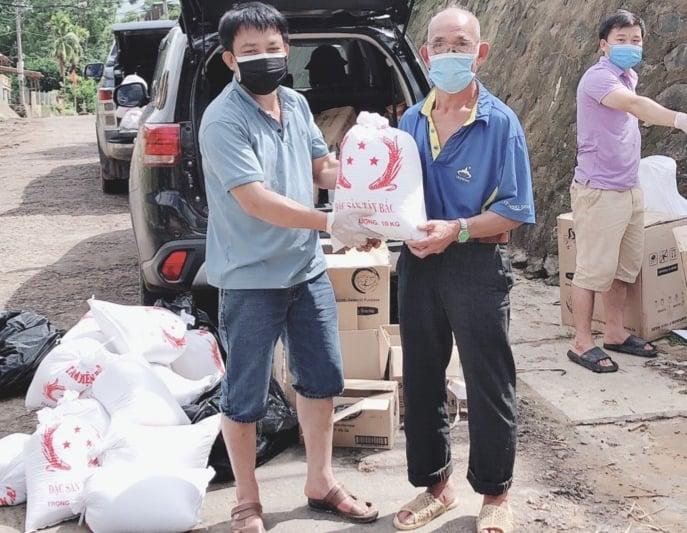 Nậm Pồ: Trao nhu yếu phẩm hỗ trợ các gia đình trong khu vực phong tỏa xã Si Pa Phìn - Ảnh 2.