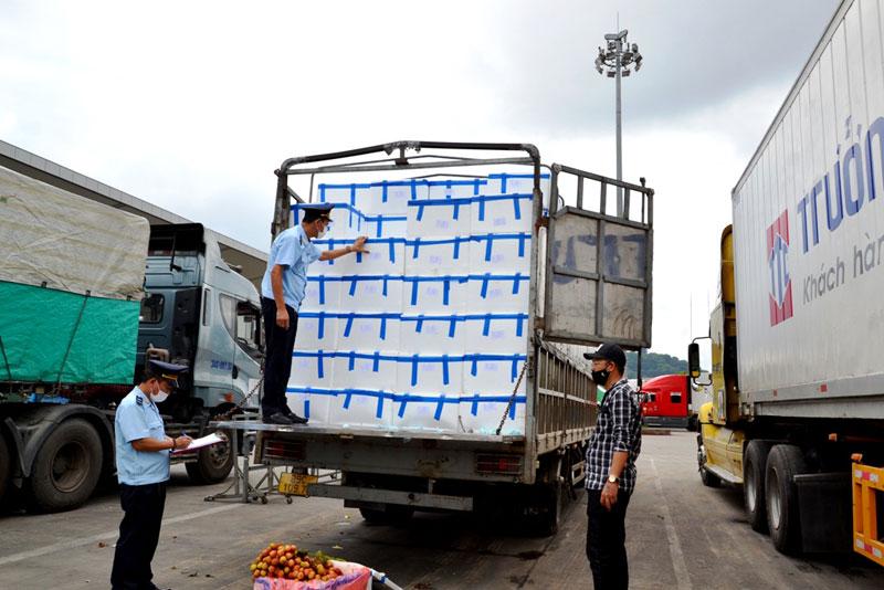 """Lào Cai: Ưu tiên """"luồng xanh"""" cho xuất khẩu vải sang Trung Quốc, cửa khẩu Kim Thành làm việc 15 giờ/ngày - Ảnh 2."""