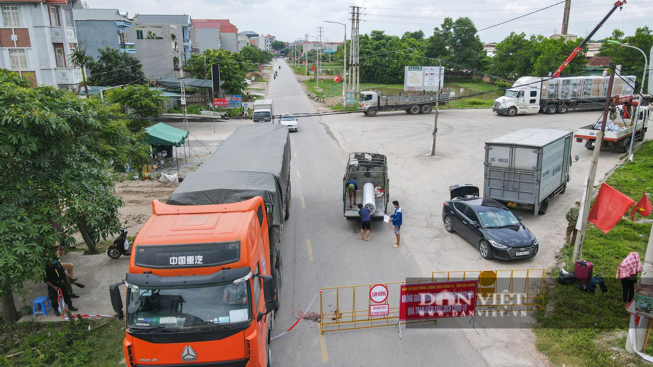 Hà Nội: Đổ đất, dựng rào phòng dịch tại các nơi tiếp giáp Bắc Giang, Bắc Ninh - Ảnh 1.