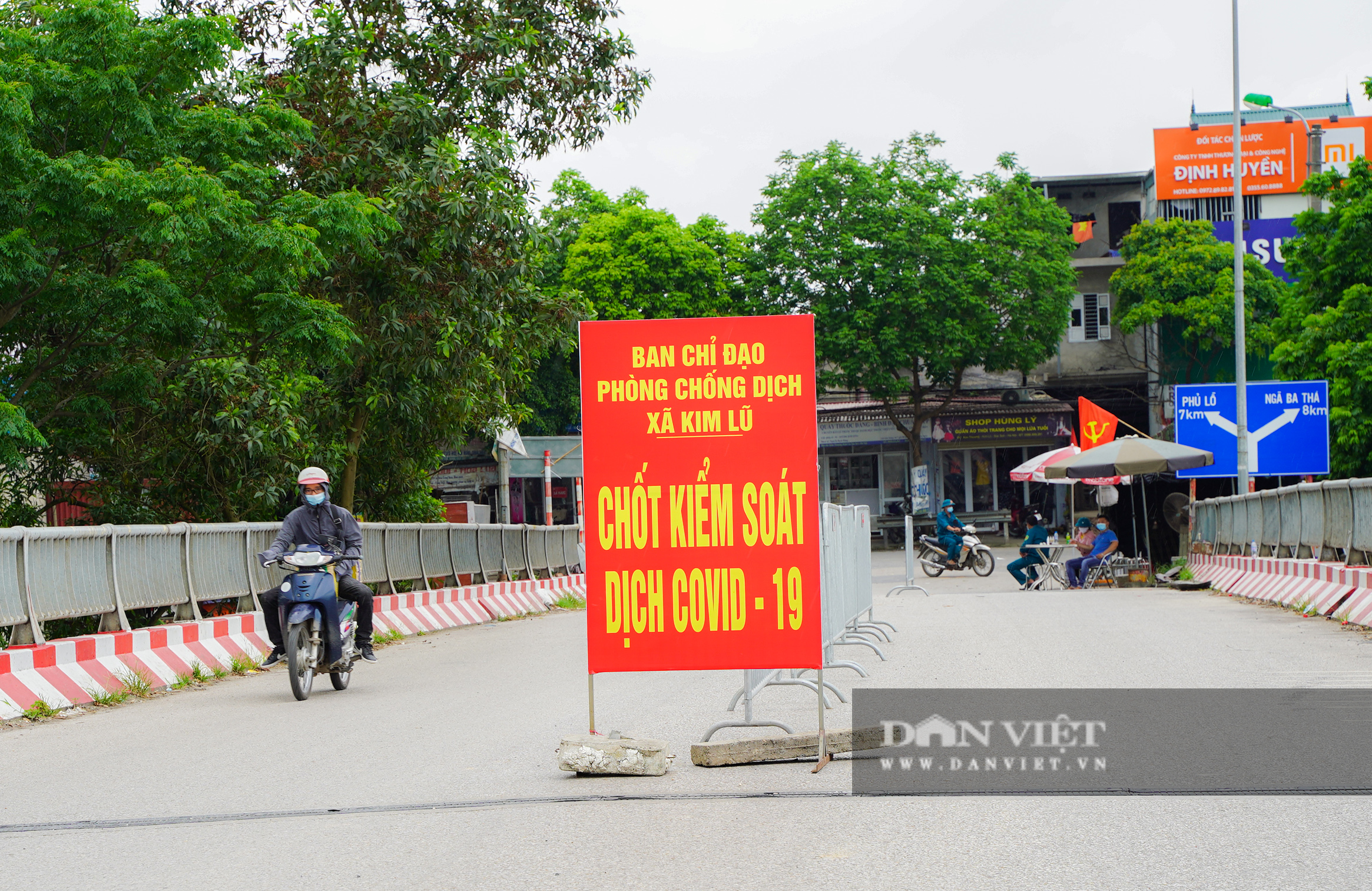 Hà Nội: Đổ đất, dựng rào phòng dịch tại các nơi tiếp giáp Bắc Giang, Bắc Ninh - Ảnh 2.
