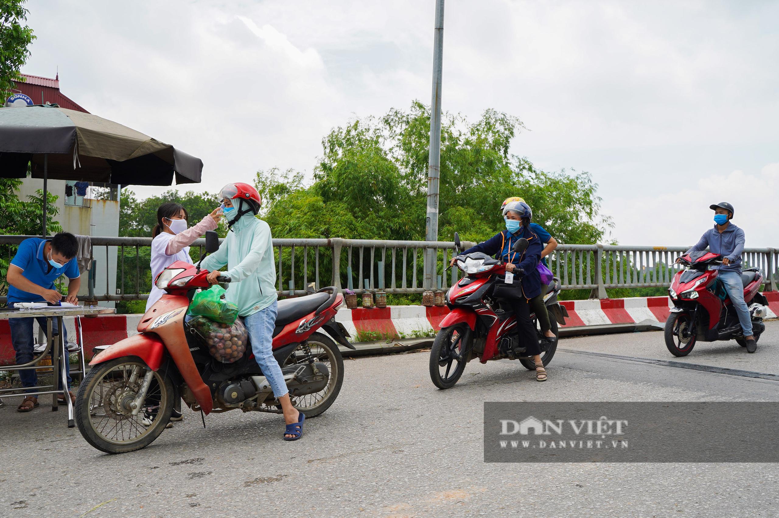 Hà Nội: Đổ đất, dựng rào phòng dịch tại các nơi tiếp giáp Bắc Giang, Bắc Ninh - Ảnh 4.