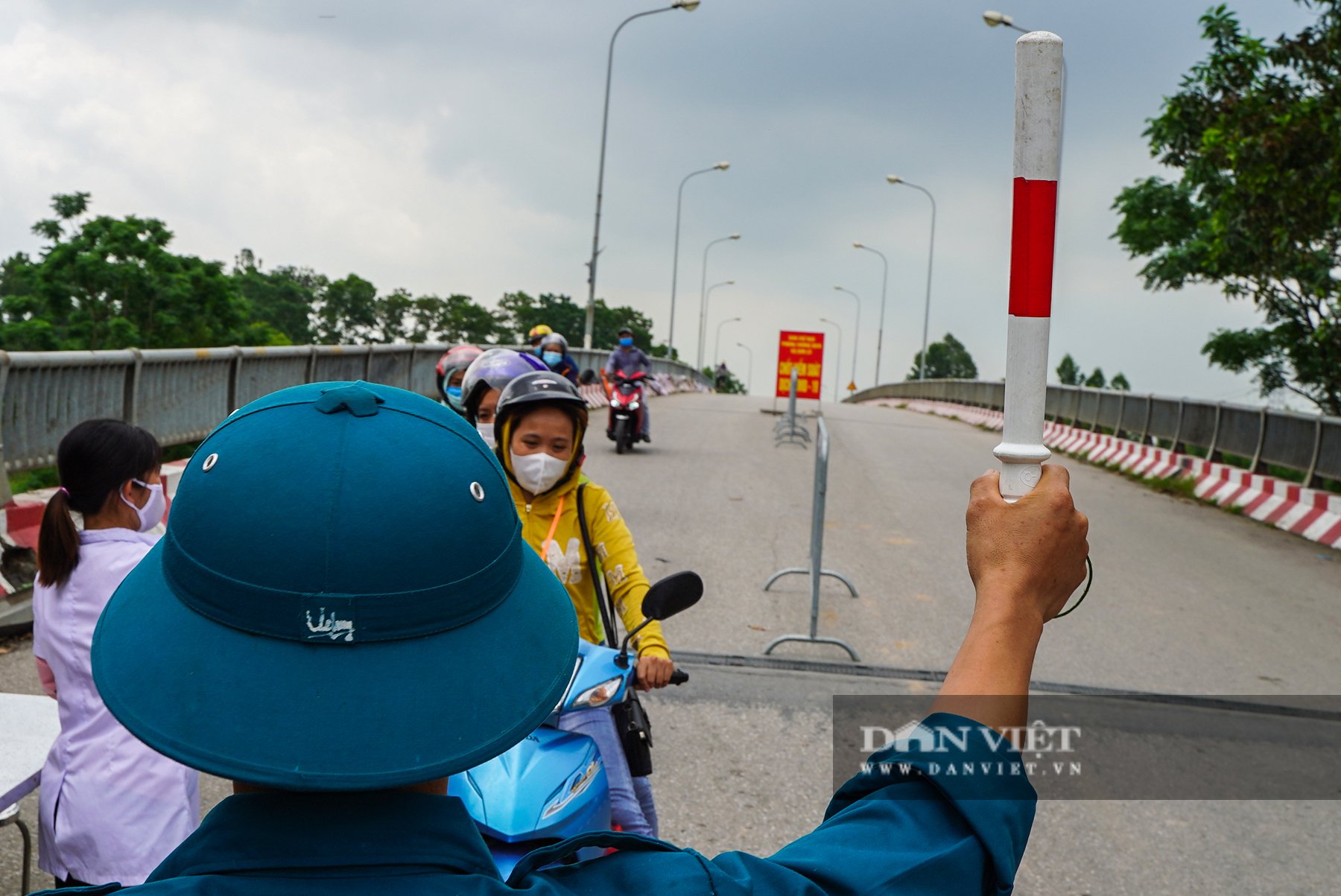 Hà Nội: Đổ đất, dựng rào phòng dịch tại các nơi tiếp giáp Bắc Giang, Bắc Ninh - Ảnh 5.
