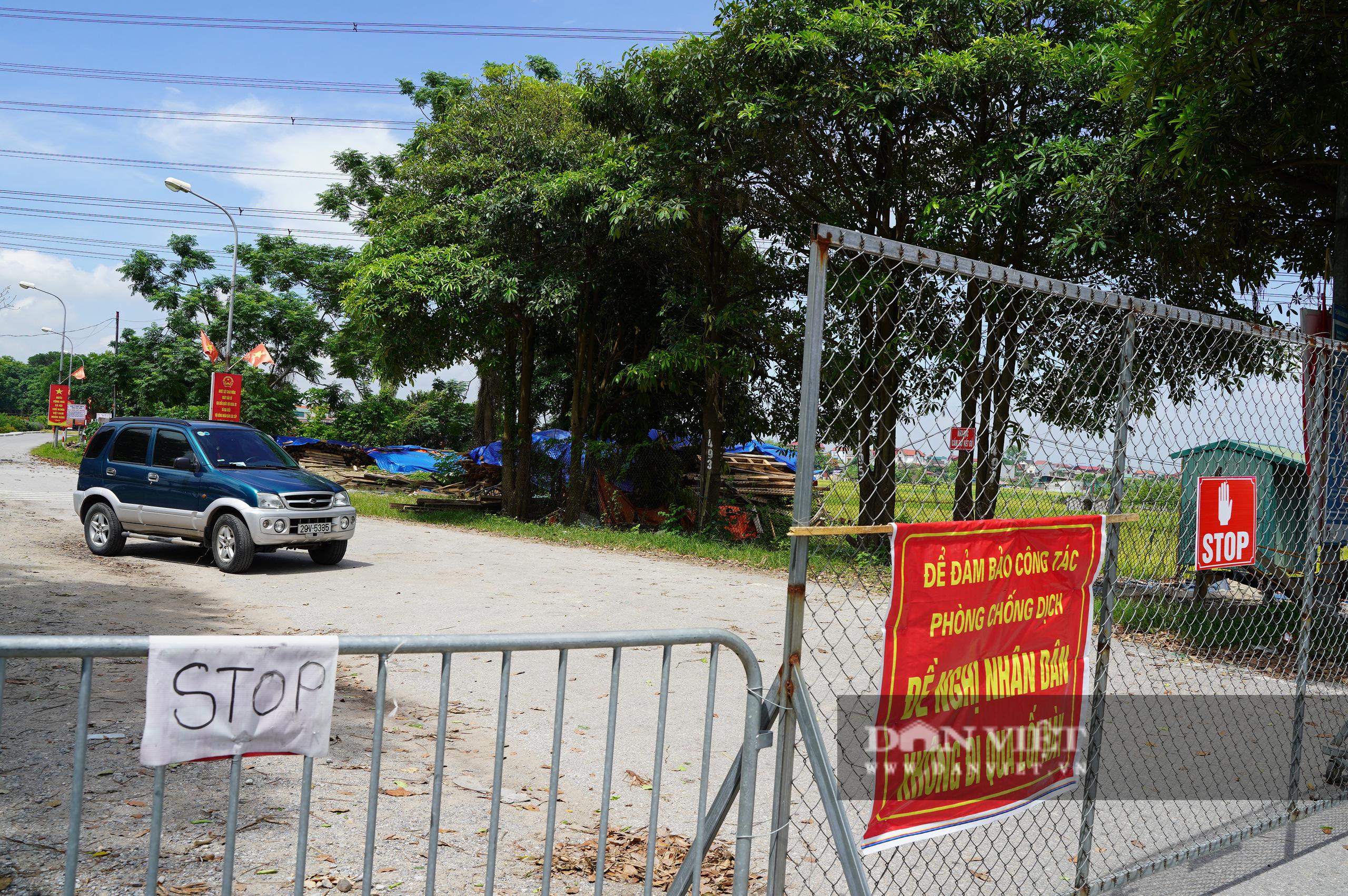 Hà Nội: Đổ đất, dựng rào phòng dịch tại các nơi tiếp giáp Bắc Giang, Bắc Ninh - Ảnh 8.