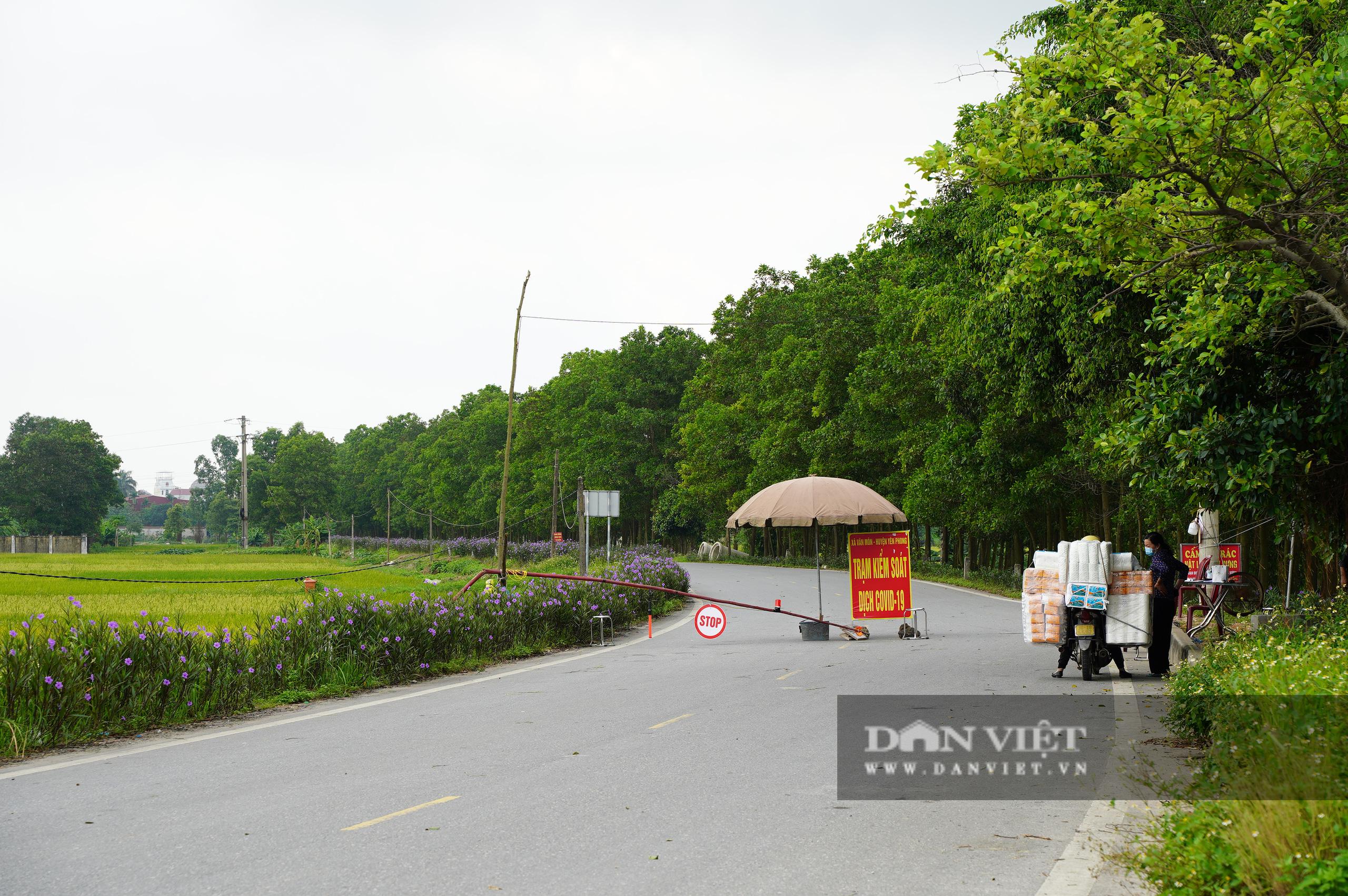 Hà Nội: Đổ đất, dựng rào phòng dịch tại các nơi tiếp giáp Bắc Giang, Bắc Ninh - Ảnh 12.