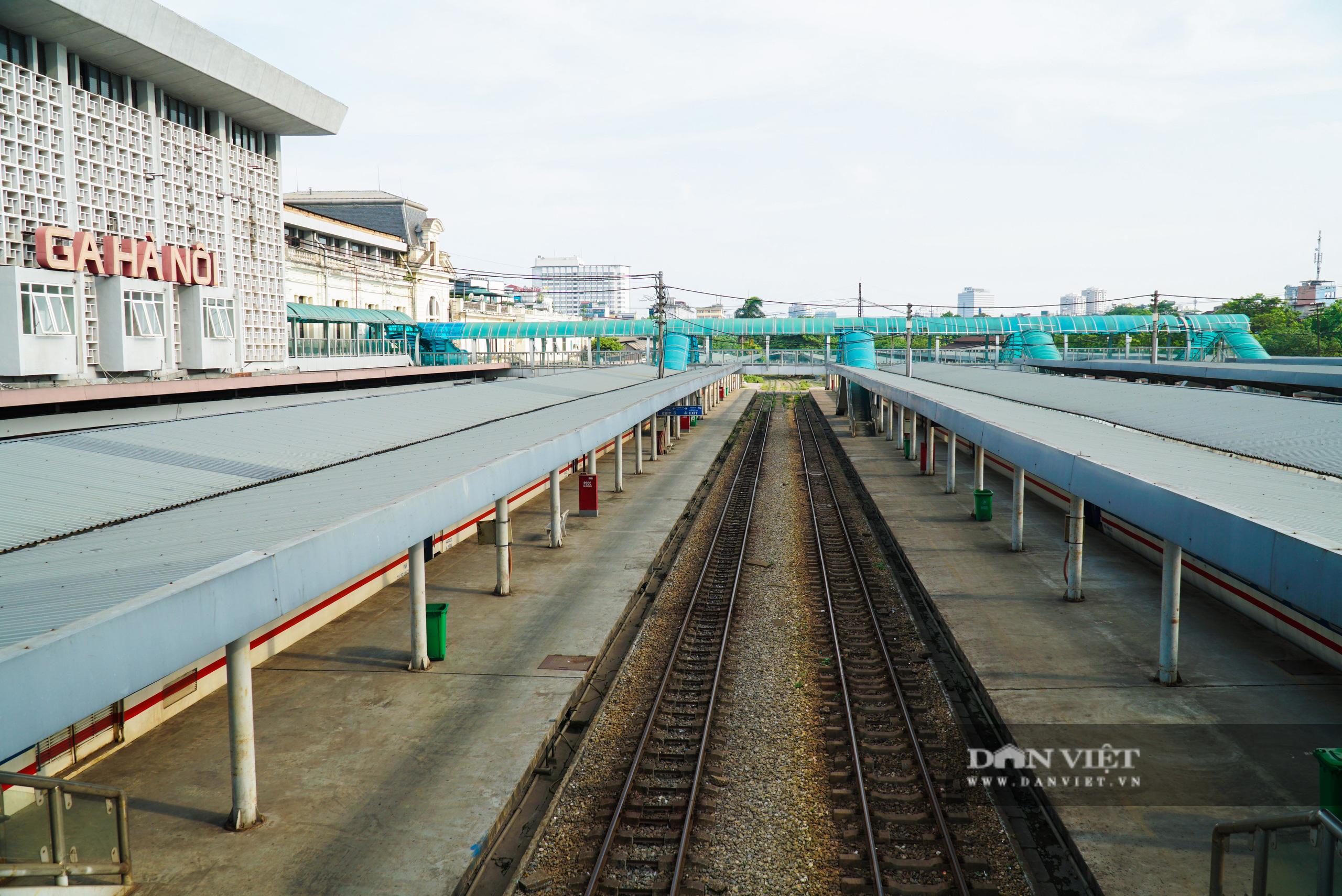 Bến xe ế ẩm khách di chuyển, ga tàu vắng hoe vì Covid-19 - Ảnh 1.