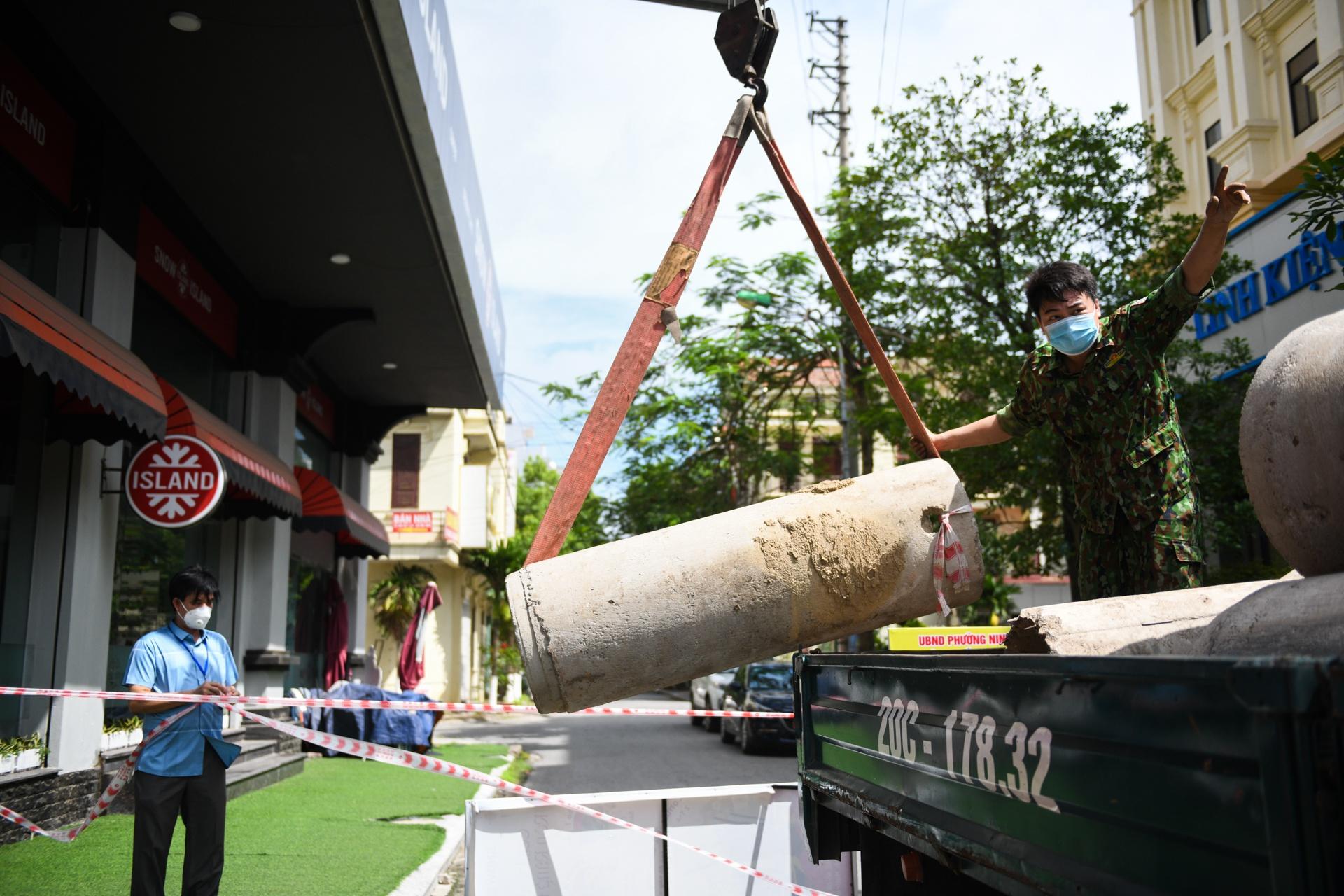 ẢNH-CLIP: Xếp gạch, đổ đất làm chốt chặn ở TP.Bắc Ninh - Ảnh 2.