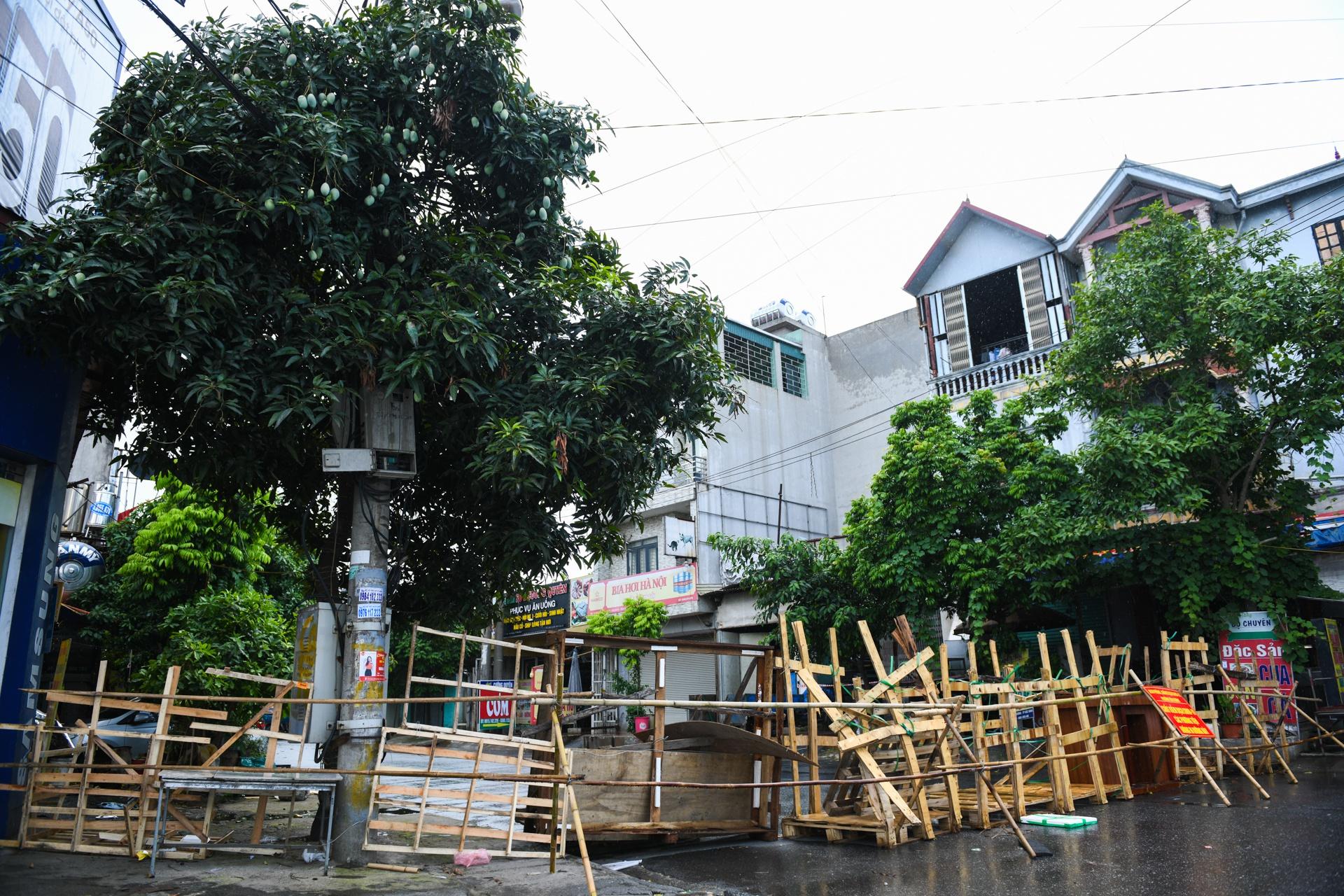 ẢNH-CLIP: Xếp gạch, đổ đất làm chốt chặn ở TP.Bắc Ninh - Ảnh 1.