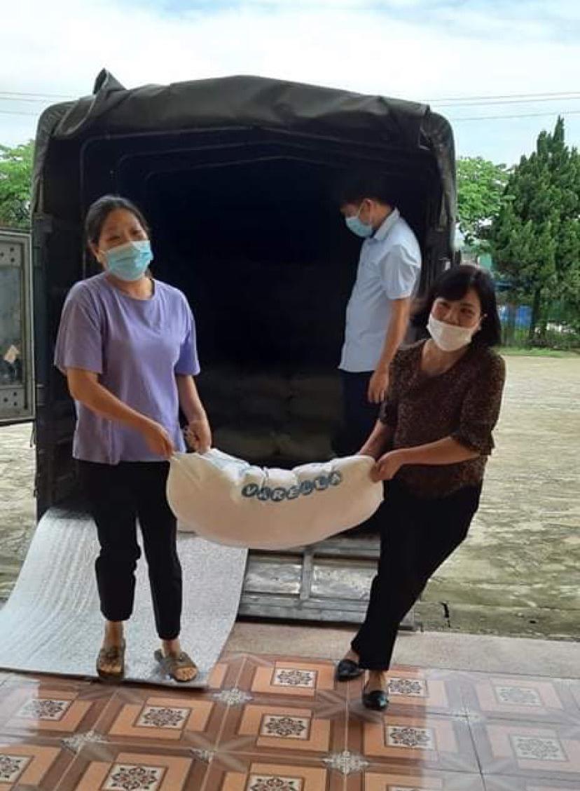 Báo NTNN/Điện tử Dân Việt trao quà của bạn đọc hỗ trợ đồng bào vùng dịch Nậm Pồ - Ảnh 2.