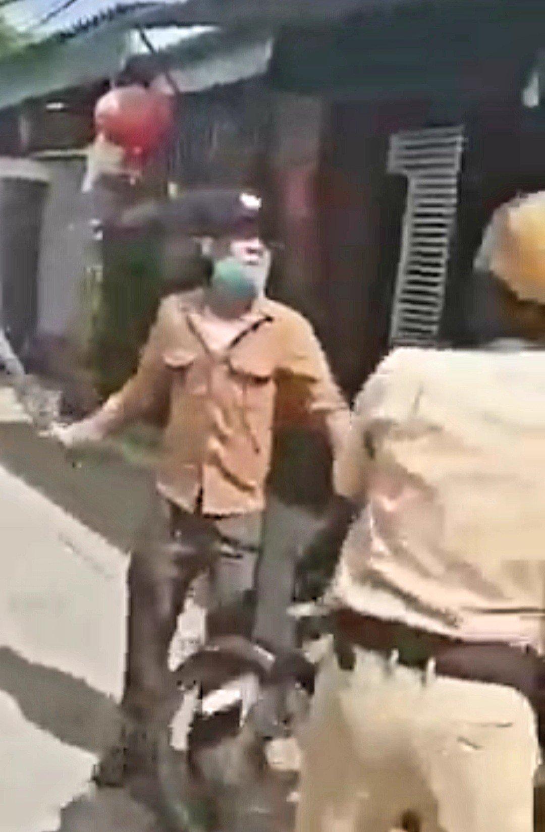 Clip: 2 đối tượng rút sử dụng hung khí chống trả cảnh sát làm nhiệm vụ - Ảnh 2.