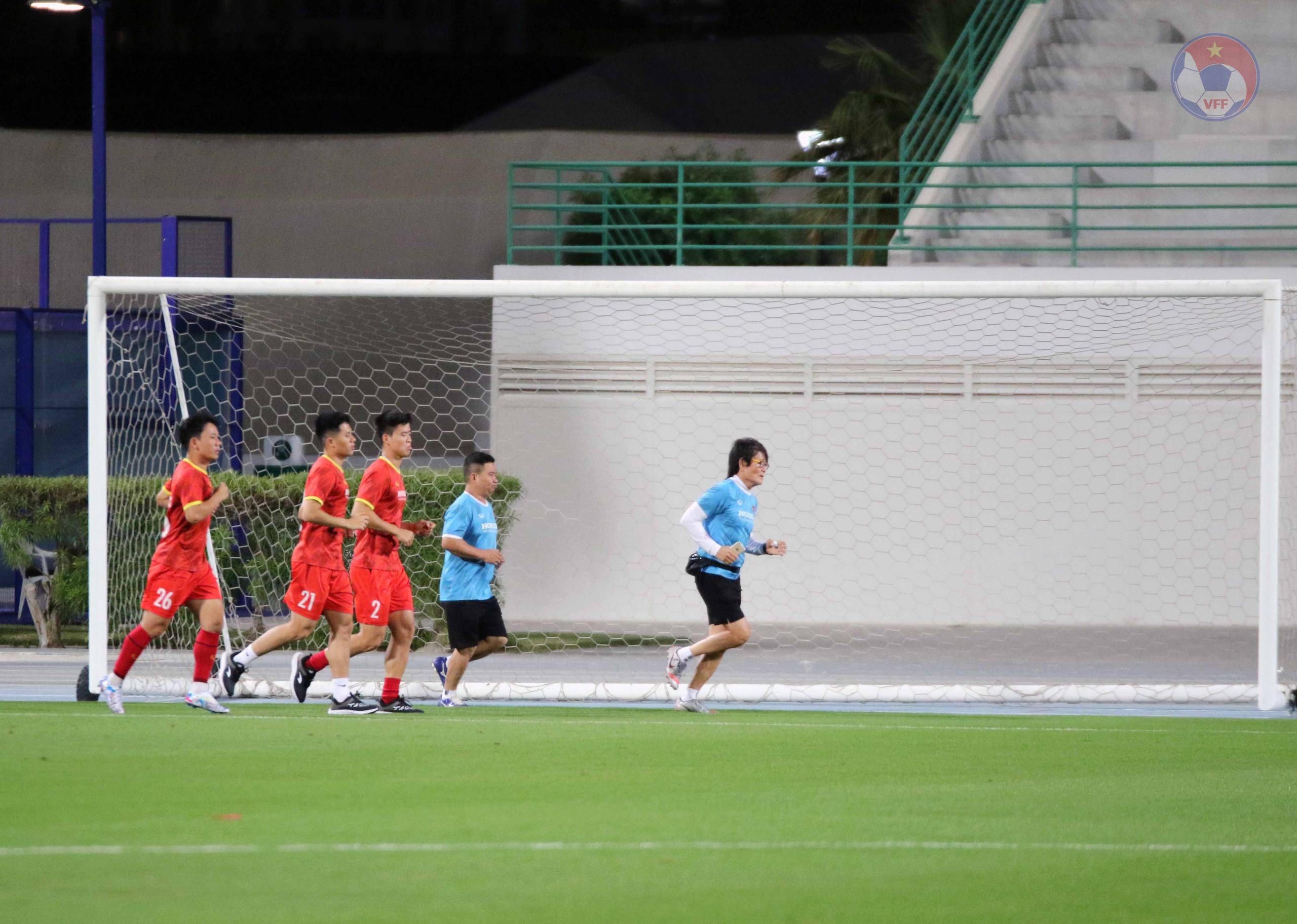 ĐT Việt Nam tại UAE: 3 tuyển thủ phải tập riêng - Ảnh 1.