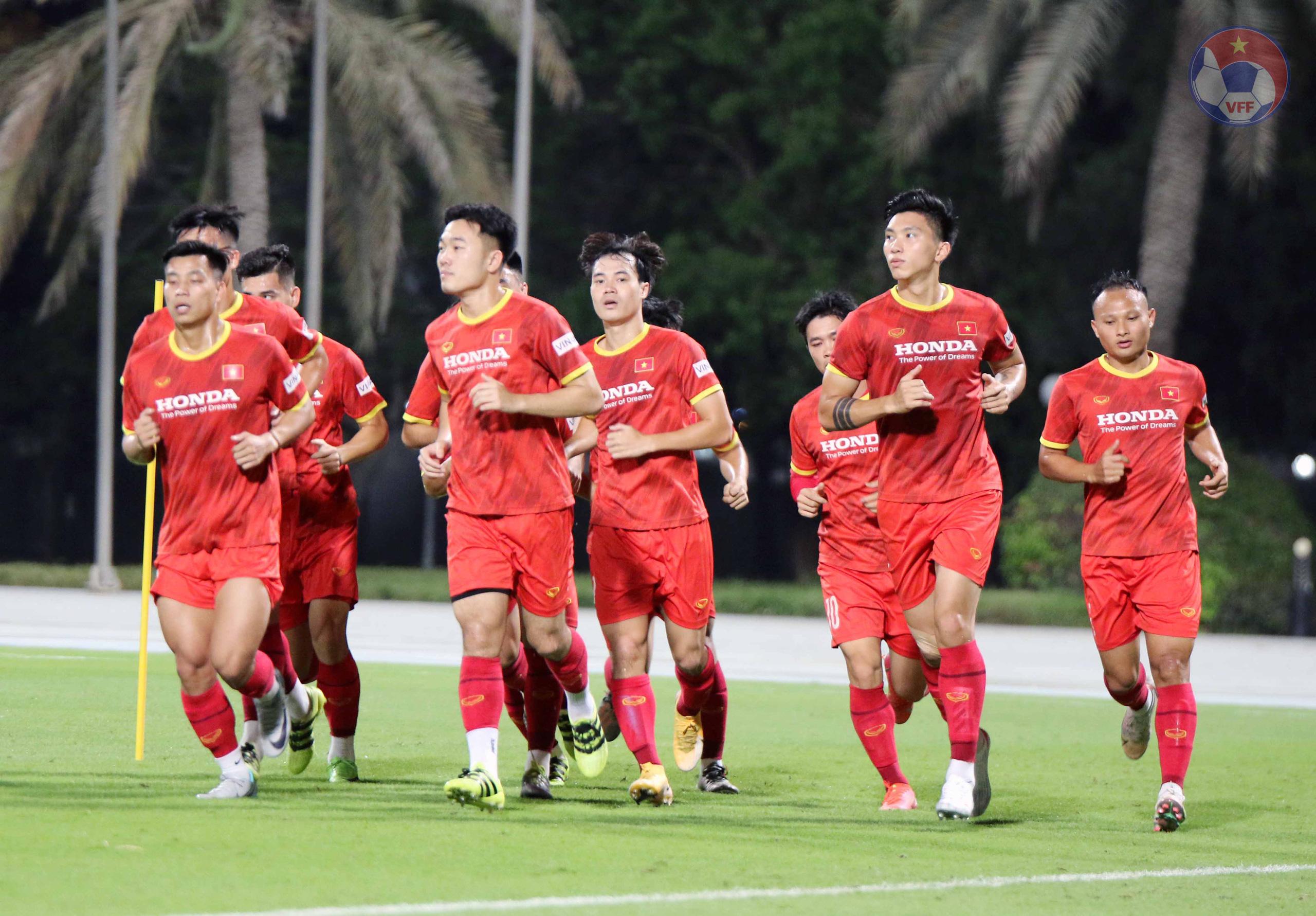 ĐT Việt Nam tại UAE: 3 tuyển thủ phải tập riêng - Ảnh 2.