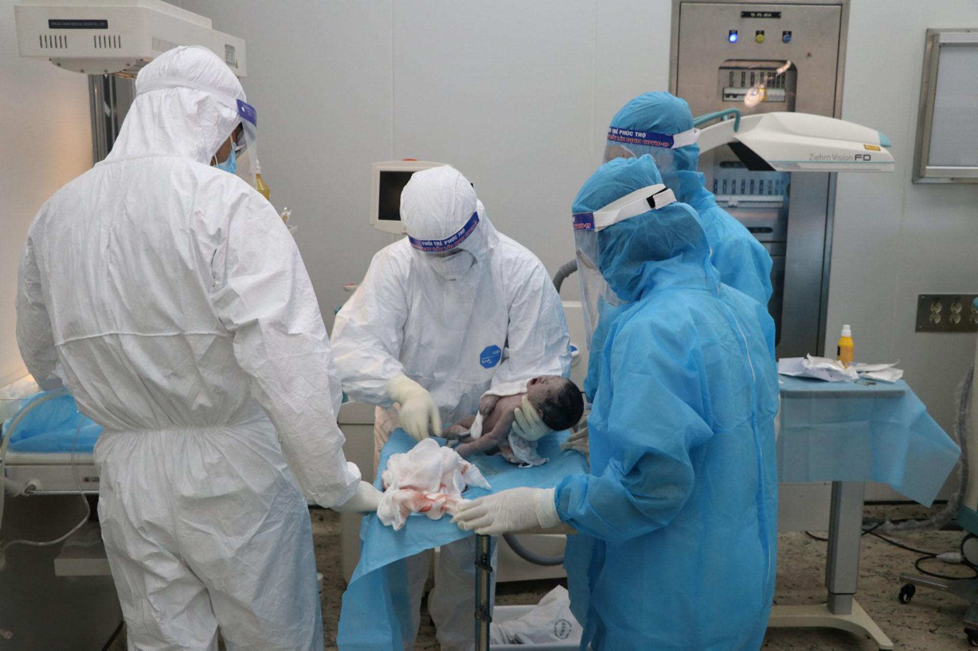 Xúc động hình ảnh xuất viện của mẹ con sản phụ mắc Covid-19, sinh mổ cấp cứu trong khu cách ly  - Ảnh 5.