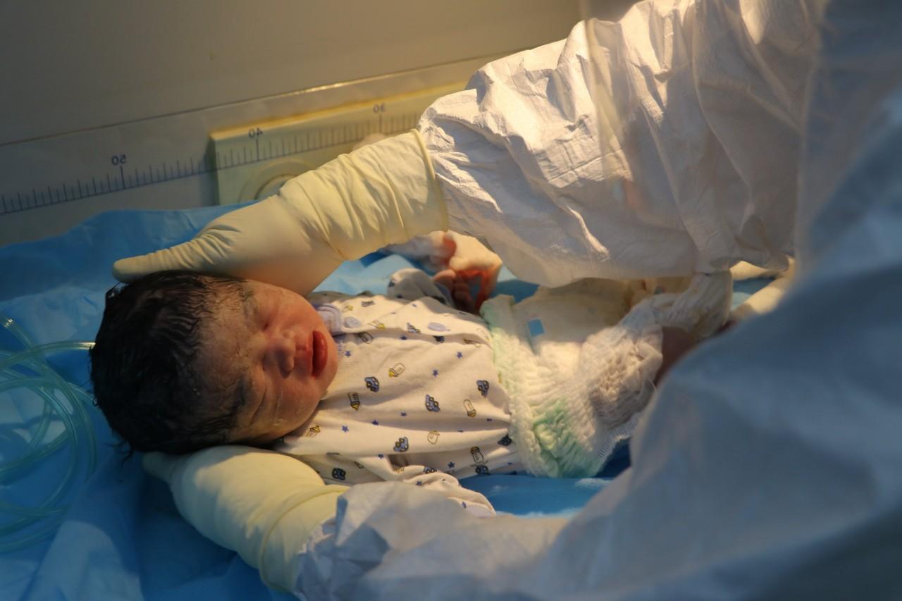 Xúc động hình ảnh xuất viện của mẹ con sản phụ mắc Covid-19, sinh mổ cấp cứu trong khu cách ly  - Ảnh 7.