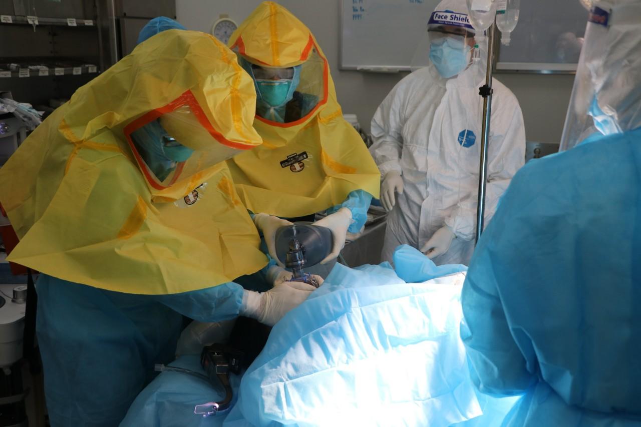 Xúc động hình ảnh xuất viện của mẹ con sản phụ mắc Covid-19, sinh mổ cấp cứu trong khu cách ly  - Ảnh 4.