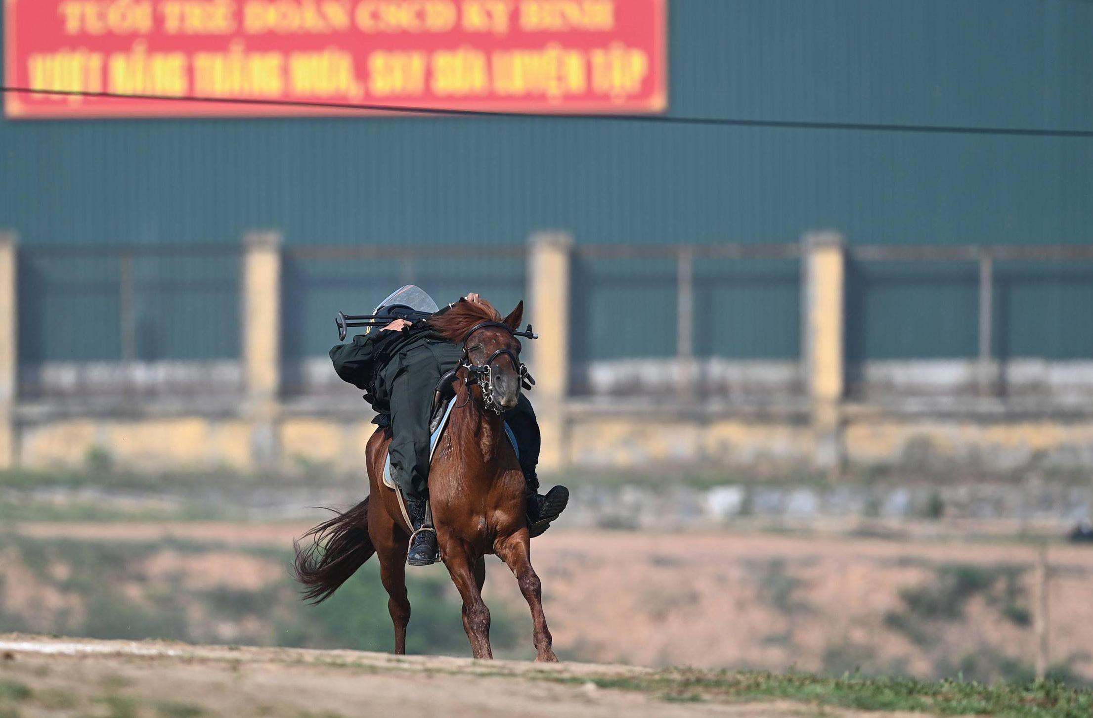 Cảnh sát Cơ động kỵ binh ngày một thuần thục kỹ năng nghiệp vụ - Ảnh 4.