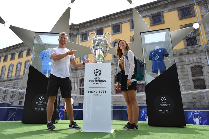 Clip: Fan MU choảng Fan Man City vì bị chế giễu mất cúp vô địch Europa League ngay tại nơi sắp diễn ra Champions League - Ảnh 8.