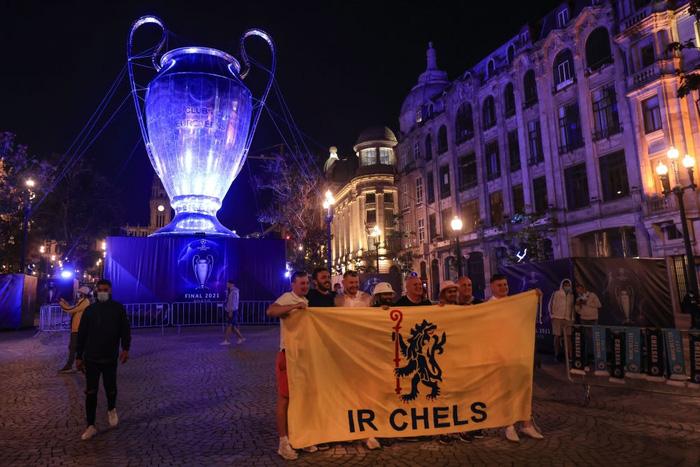 Clip: Fan MU choảng Fan Man City vì bị chế giễu mất cúp vô địch Europa League ngay tại nơi sắp diễn ra Champions League - Ảnh 9.