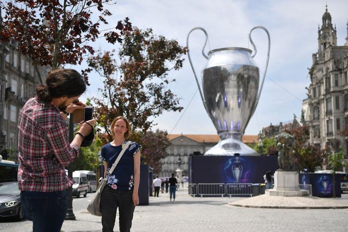 Clip: Fan MU choảng Fan Man City vì bị chế giễu mất cúp vô địch Europa League ngay tại nơi sắp diễn ra Champions League - Ảnh 6.
