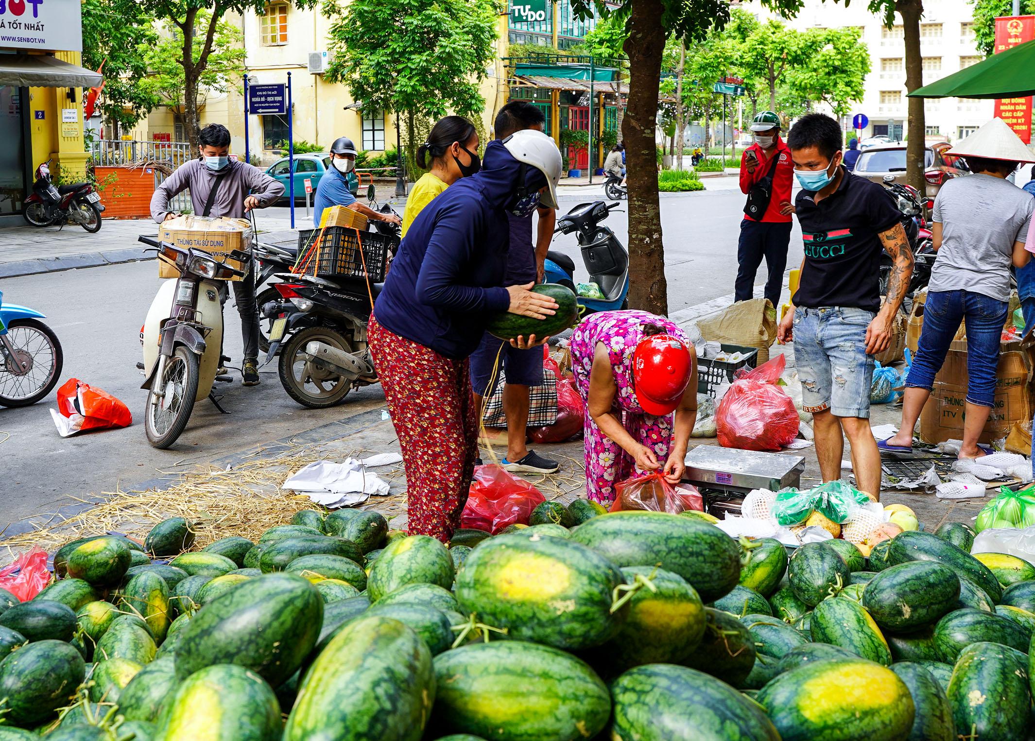 Hơn 60 tấn dưa hấu Bắc Giang được người dân Hà Nội giải cứu - Ảnh 1.