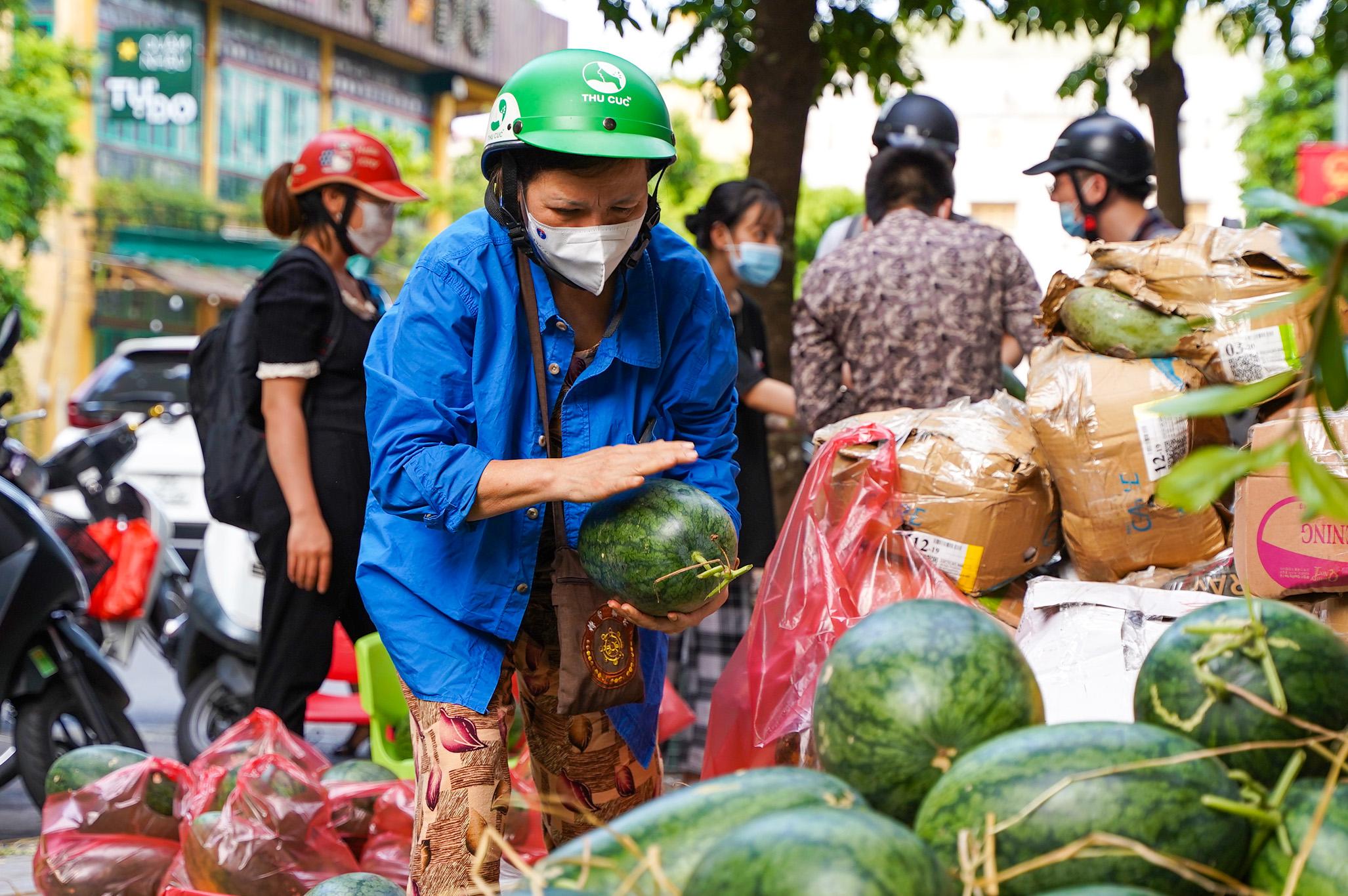 Hơn 60 tấn dưa hấu Bắc Giang được người dân Hà Nội giải cứu - Ảnh 8.