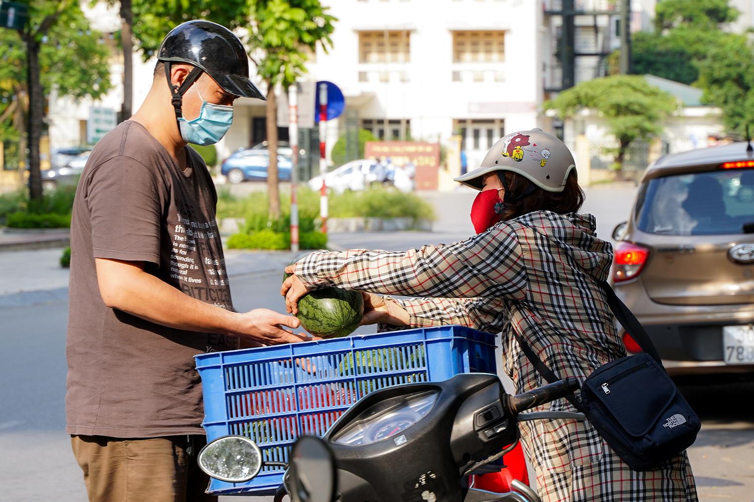 Hơn 60 tấn dưa hấu Bắc Giang được người dân Hà Nội giải cứu - Ảnh 5.