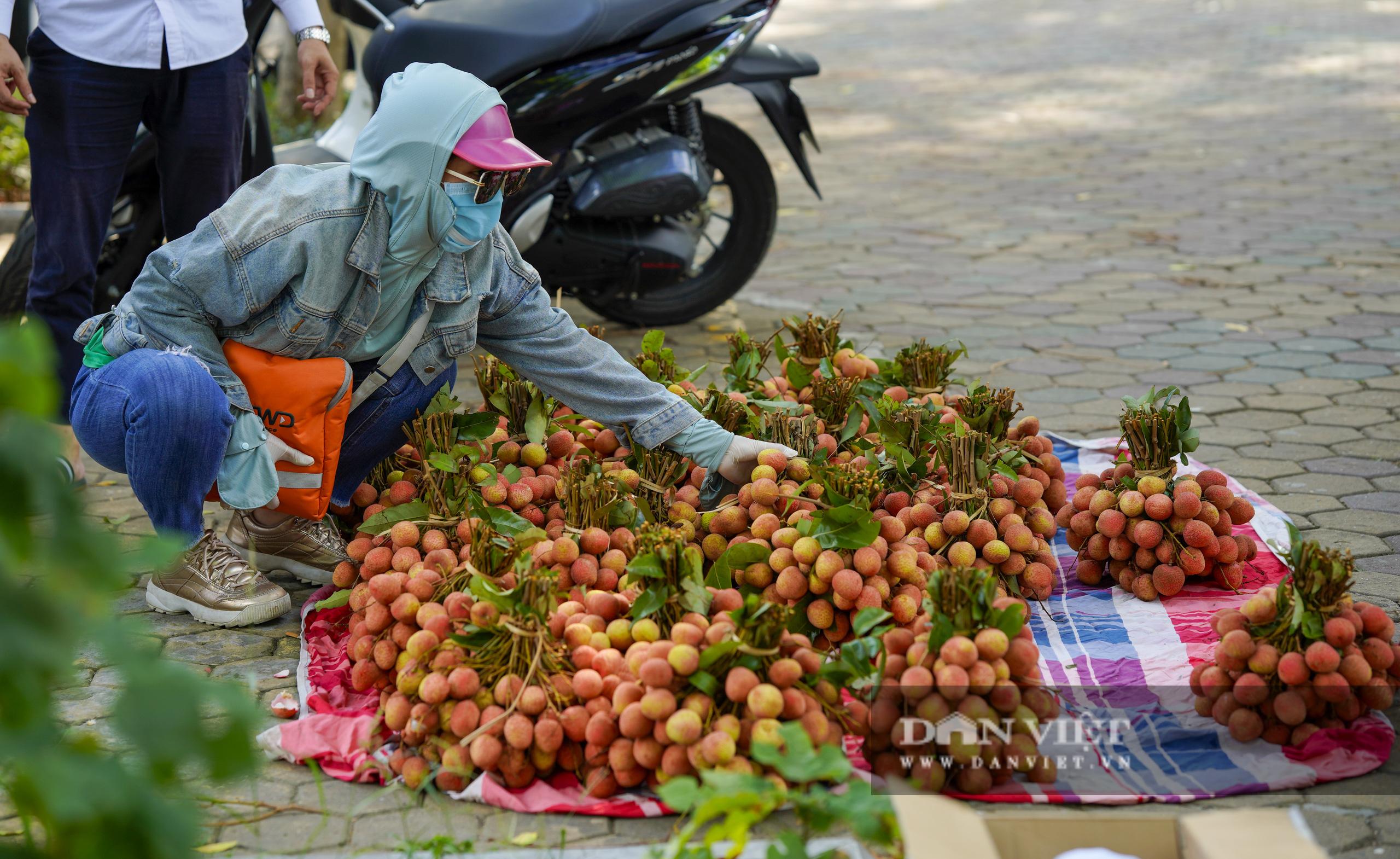 """Dịch Covid-19: Vải Bắc Giang """"vượt ải"""" về Hà Nội, người dân hào hứng ủng hộ - Ảnh 6."""