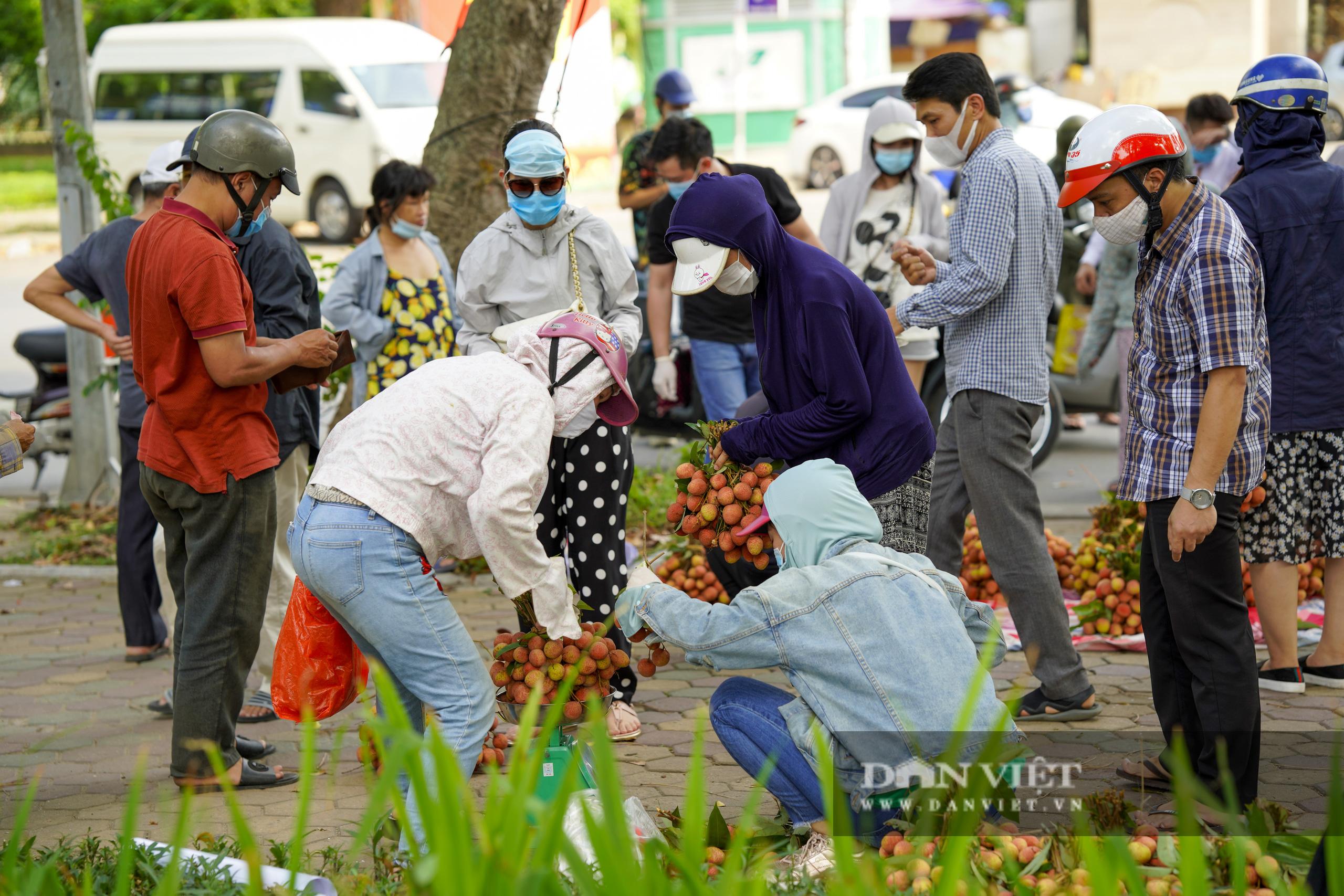 """Dịch Covid-19: Vải Bắc Giang """"vượt ải"""" về Hà Nội, người dân hào hứng ủng hộ - Ảnh 7."""