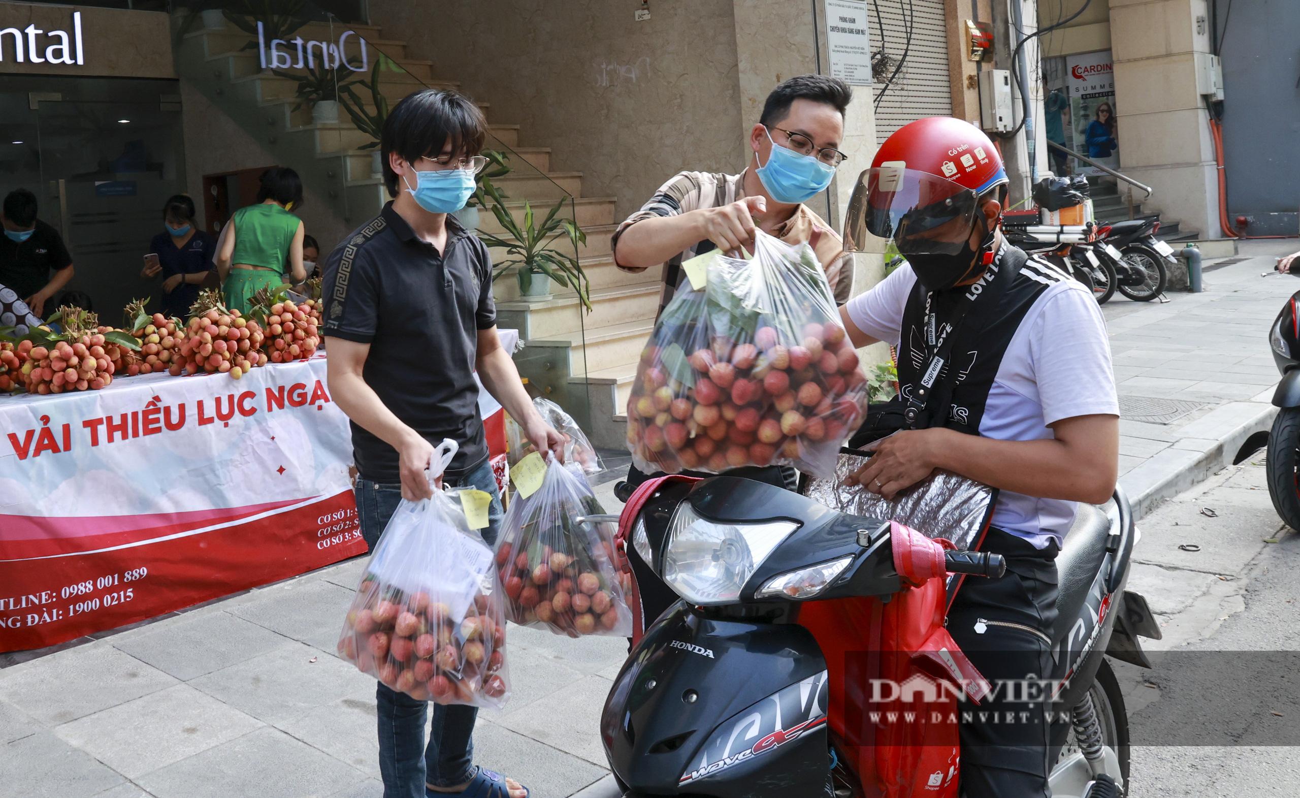"""Dịch Covid-19: Vải Bắc Giang """"vượt ải"""" về Hà Nội, người dân hào hứng ủng hộ - Ảnh 10."""