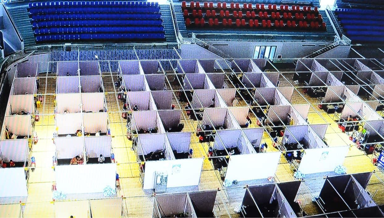 Nắng nóng, nhiều sinh viên tham gia chống dịch Covid-19 ở Bắc Giang đã ngất xỉu - Ảnh 2.