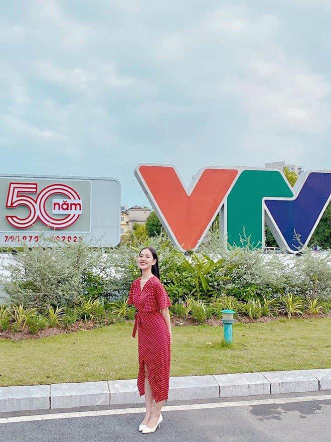 MC 10X xinh xắn của VTV:  Học xuất sắc, một mình sống giữa Hà thành  - Ảnh 2.