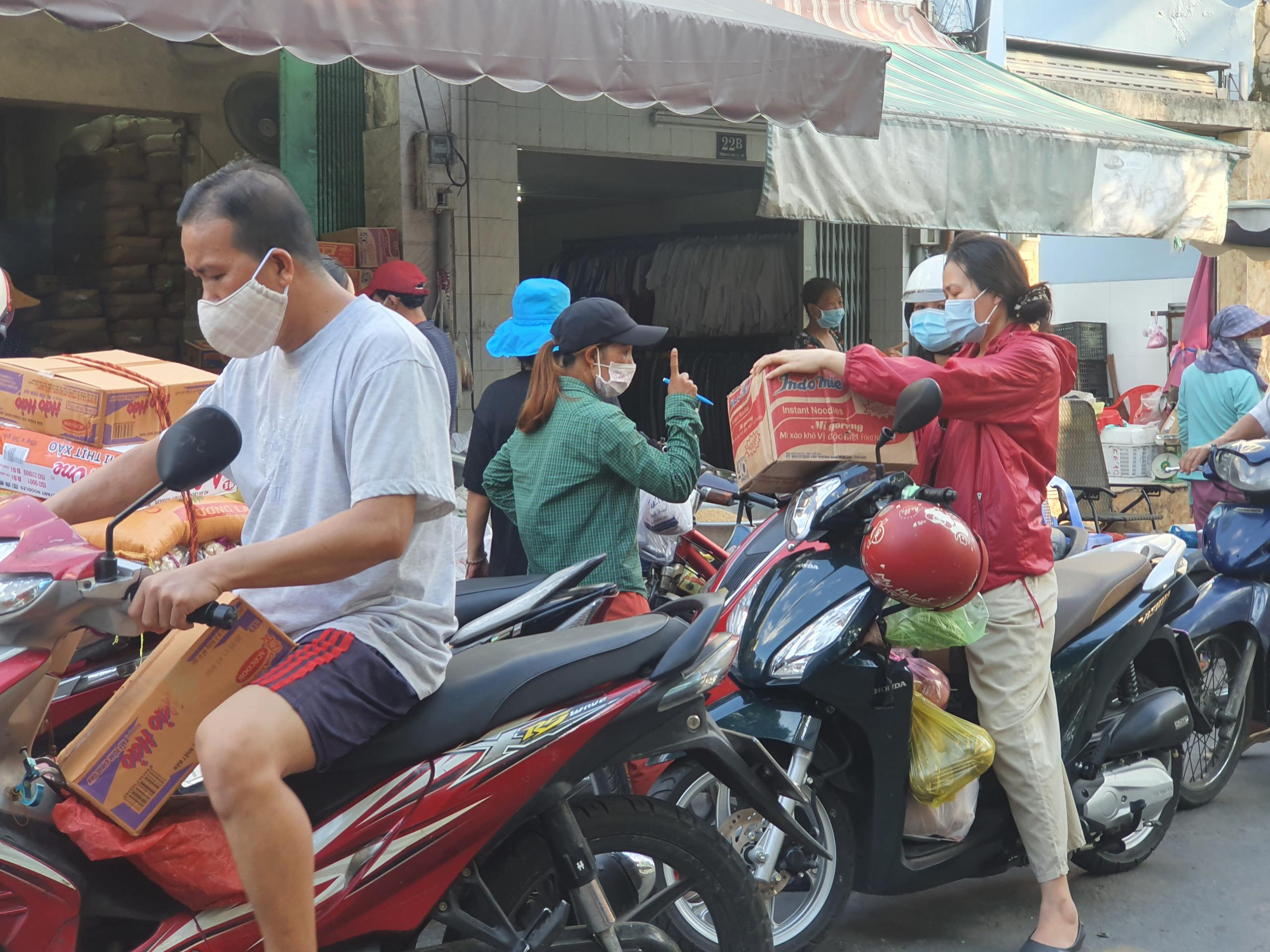 Chợ, siêu thị TP.HCM đông người mua sắm trước giờ giãn cách xã hội - Ảnh 1.