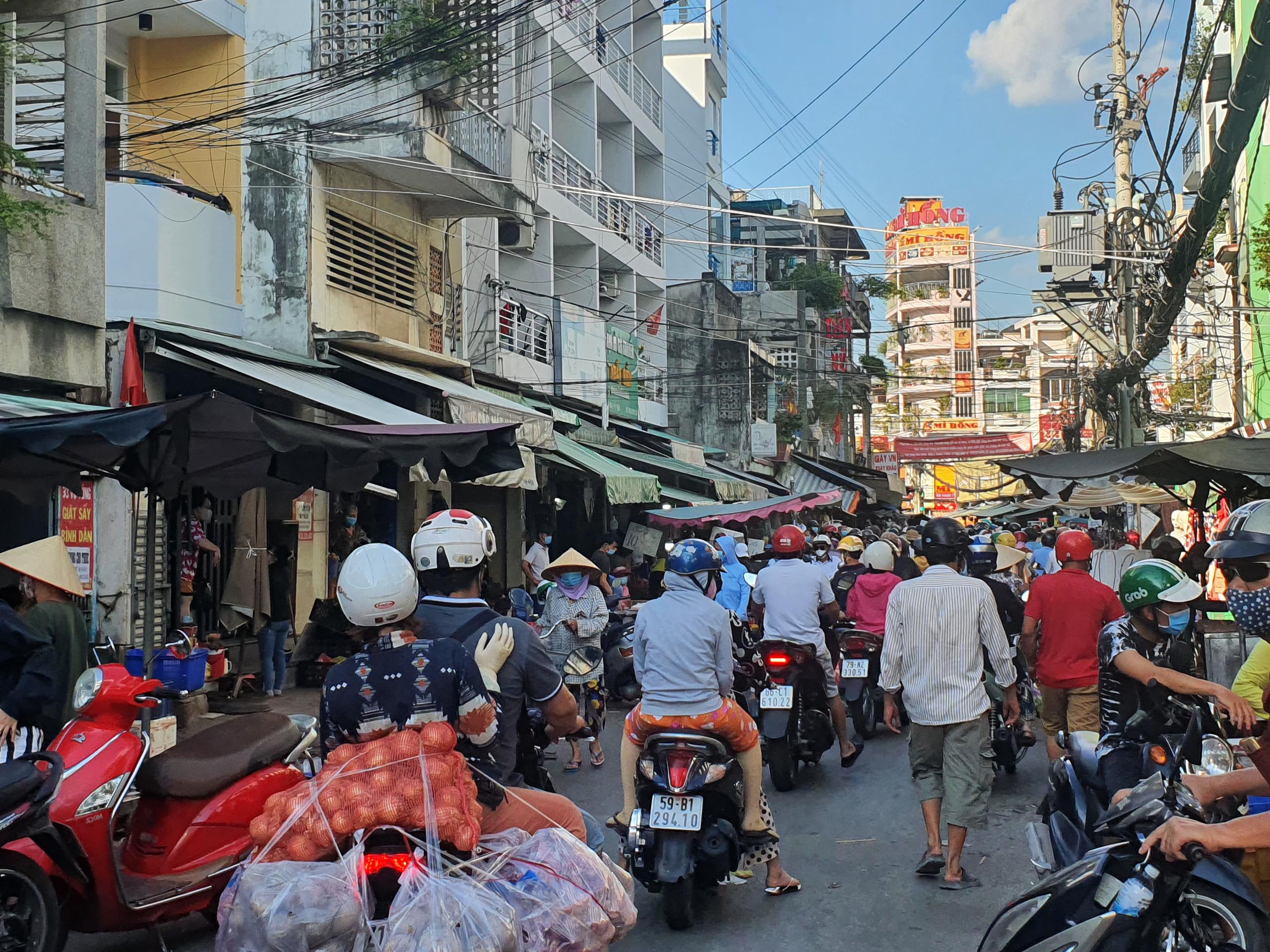 Chợ, siêu thị TP.HCM đông người mua sắm trước giờ giãn cách xã hội - Ảnh 5.