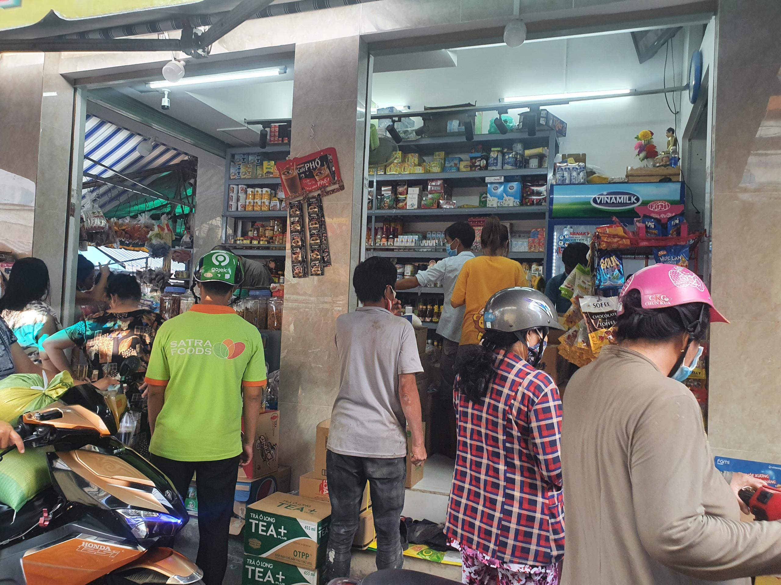 Chợ, siêu thị TP.HCM đông người mua sắm trước giờ giãn cách xã hội - Ảnh 6.