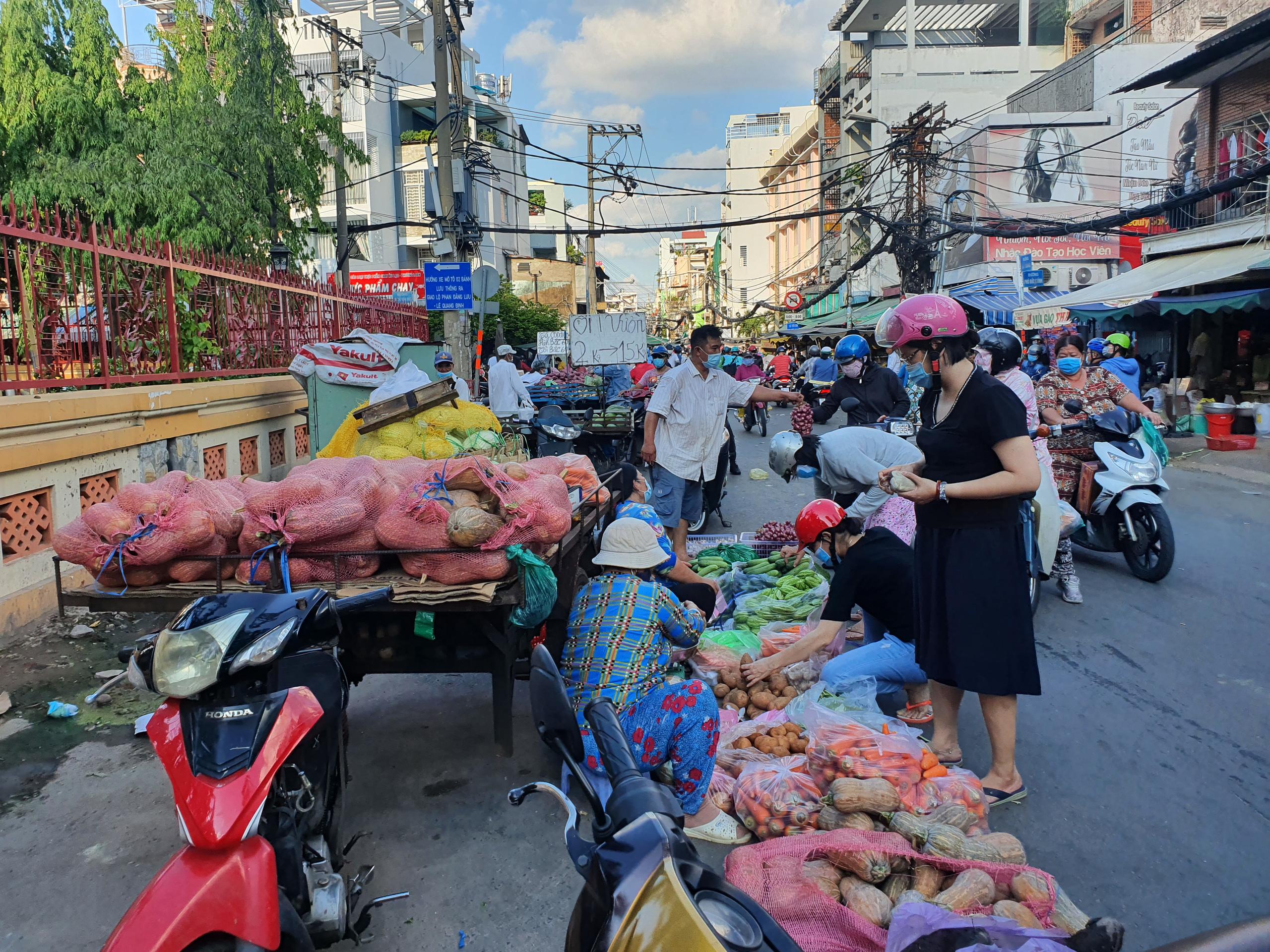 Chợ, siêu thị TP.HCM đông người mua sắm trước giờ giãn cách xã hội - Ảnh 7.