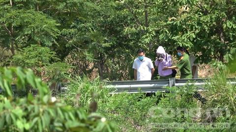 Đi được vài bước thì tá hoả phát hiện một xác người trong bụi cỏ rậm rạp - Ảnh 2.