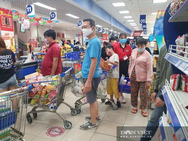 Chợ, siêu thị TP.HCM bán bình thường trong lúc giãn cách xã hội, người dân không cần tích trữ - Ảnh 1.