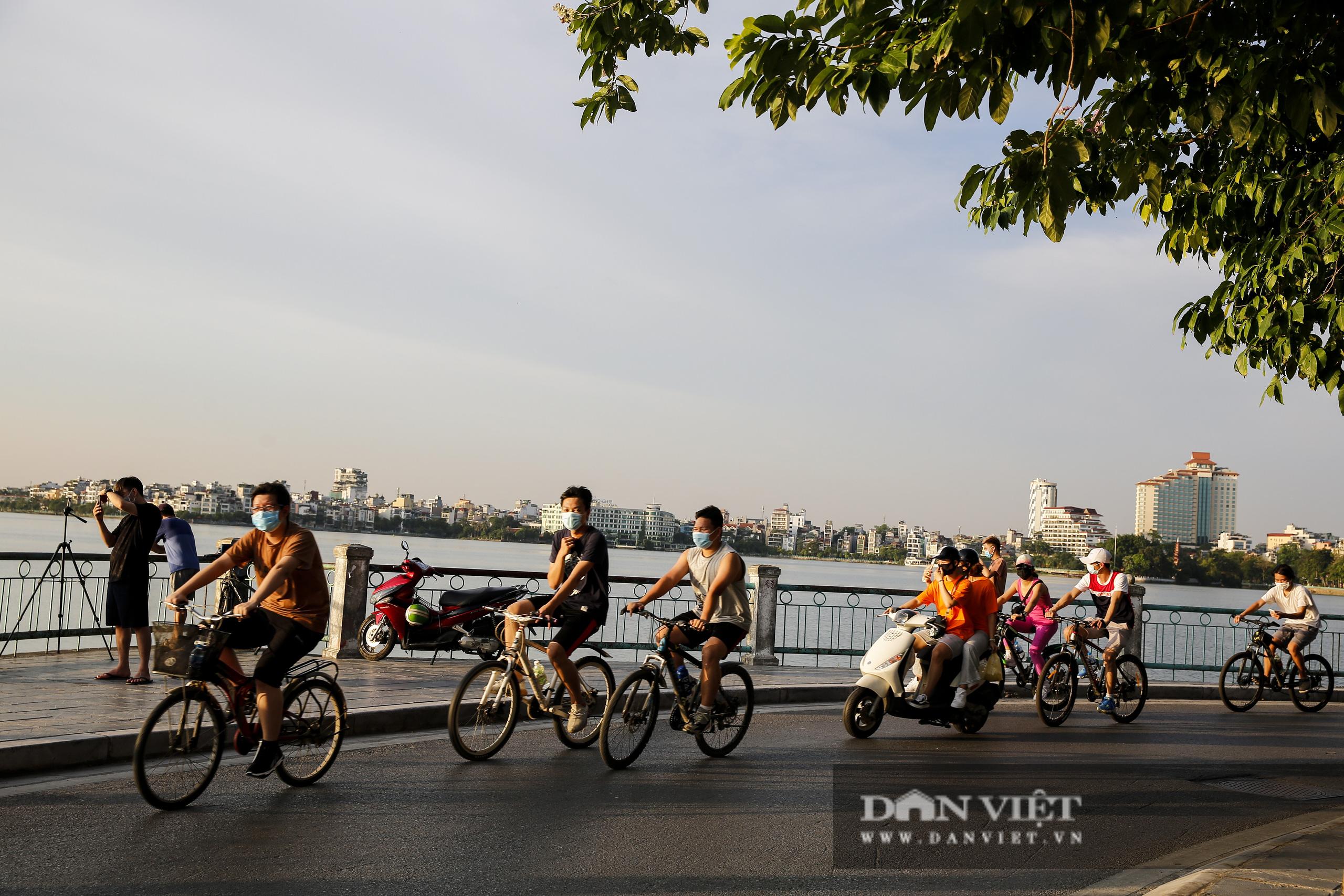 Công an lập chốt chặn, hồ Tây vẫn đông nghịt người đạp xe, tập thể dục - Ảnh 1.