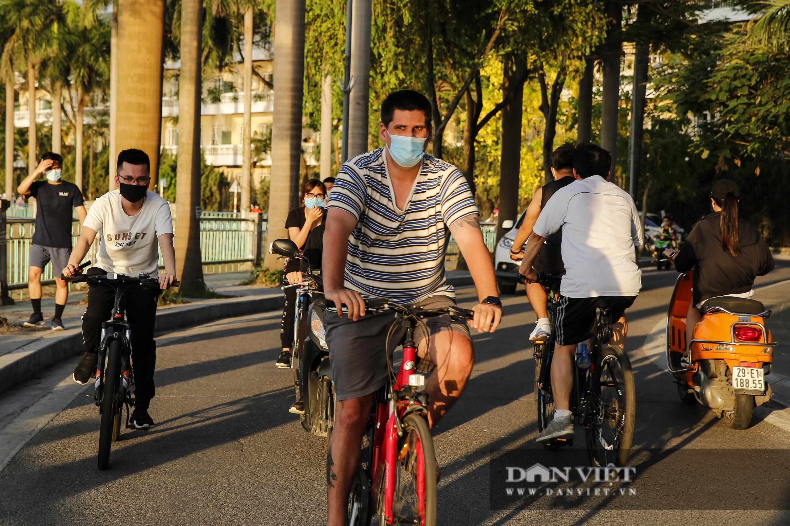 Công an lập chốt chặn, hồ Tây vẫn đông nghịt người đạp xe, tập thể dục - Ảnh 2.