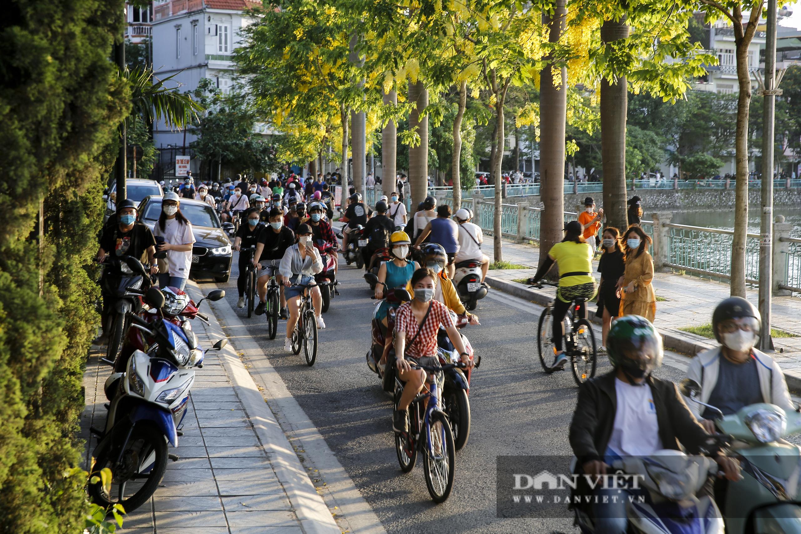 Công an lập chốt chặn, hồ Tây vẫn đông nghịt người đạp xe, tập thể dục - Ảnh 4.