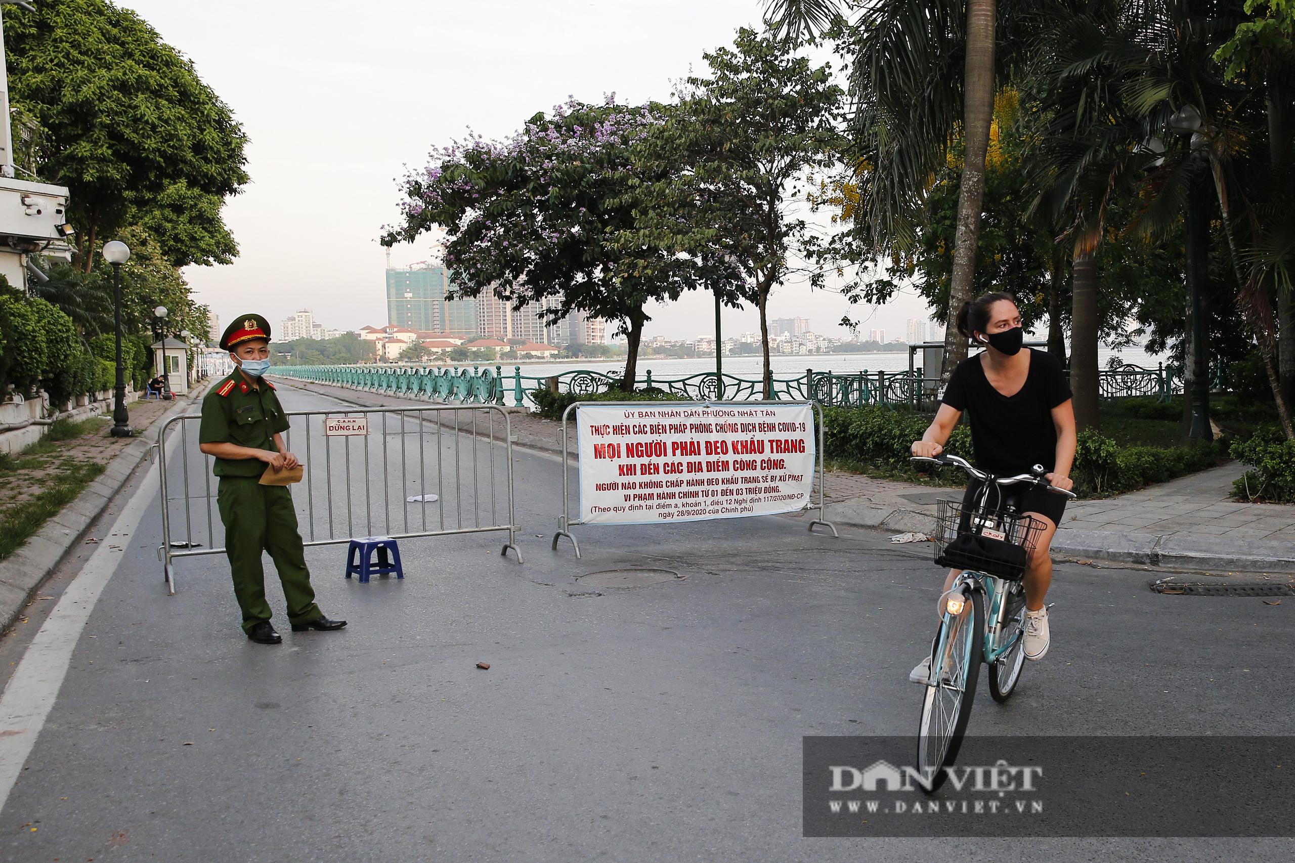 Công an lập chốt chặn, hồ Tây vẫn đông nghịt người đạp xe, tập thể dục - Ảnh 5.