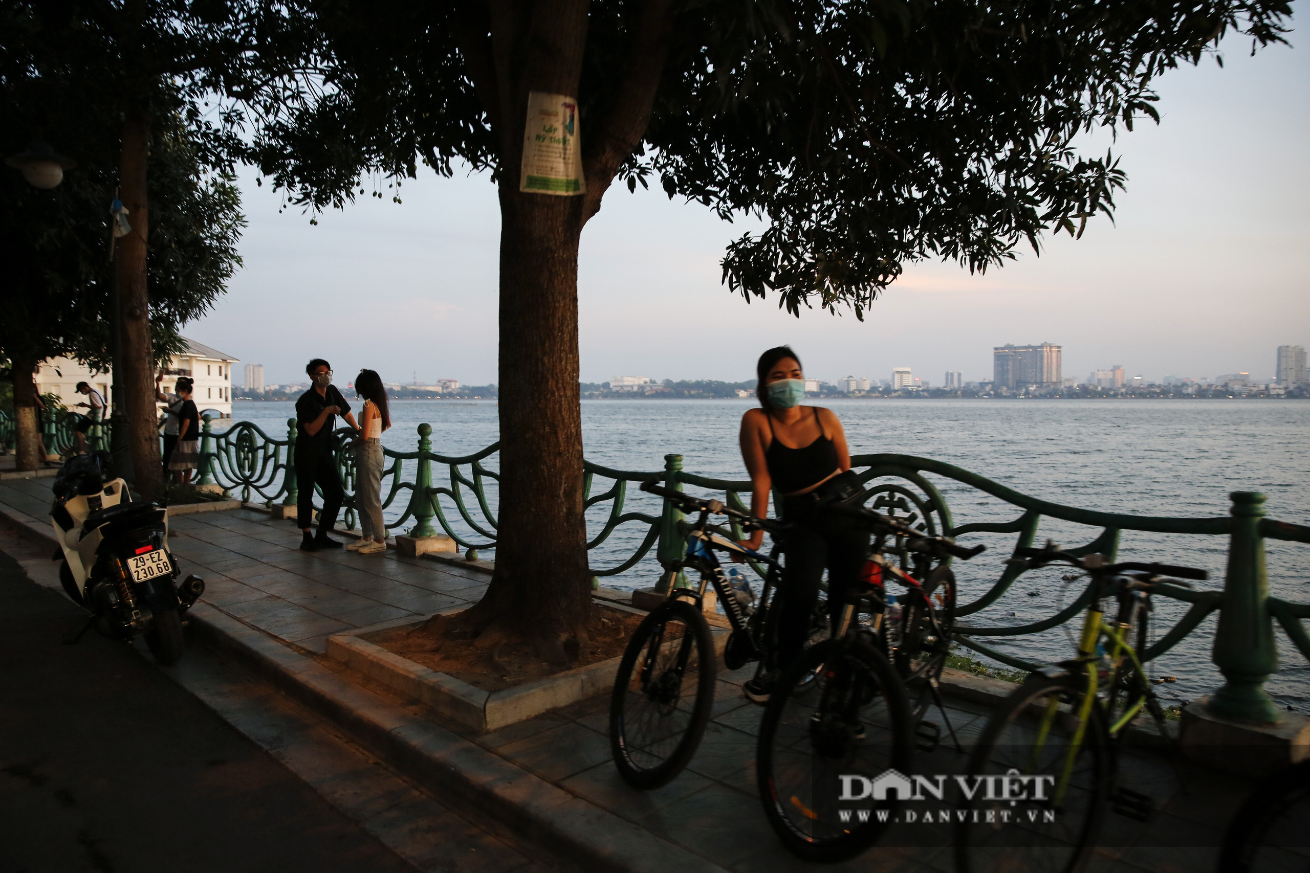 Công an lập chốt chặn, hồ Tây vẫn đông nghịt người đạp xe, tập thể dục - Ảnh 8.