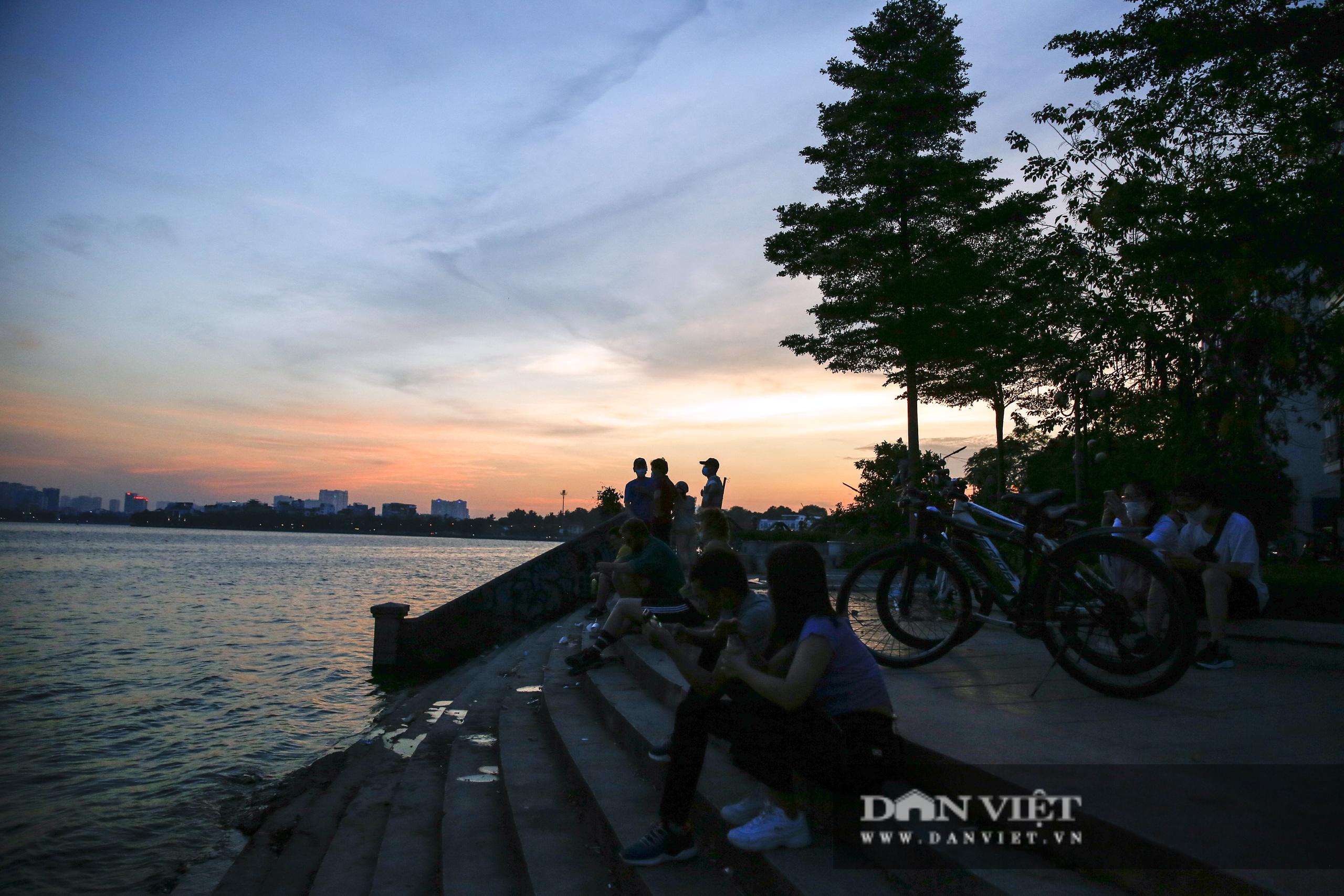 Công an lập chốt chặn, hồ Tây vẫn đông nghịt người đạp xe, tập thể dục - Ảnh 9.